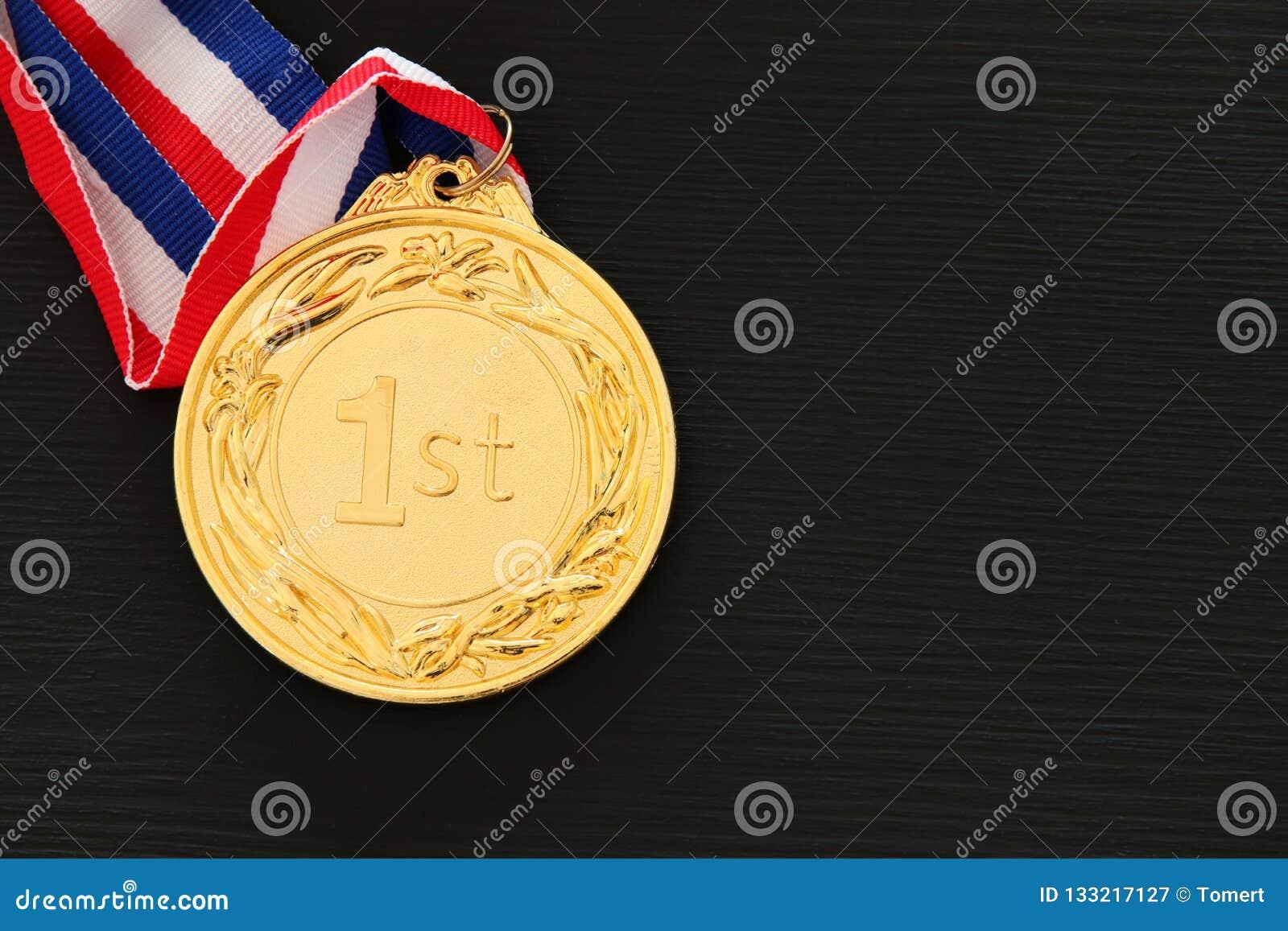 Immagine di vista superiore della medaglia d oro sopra fondo nero