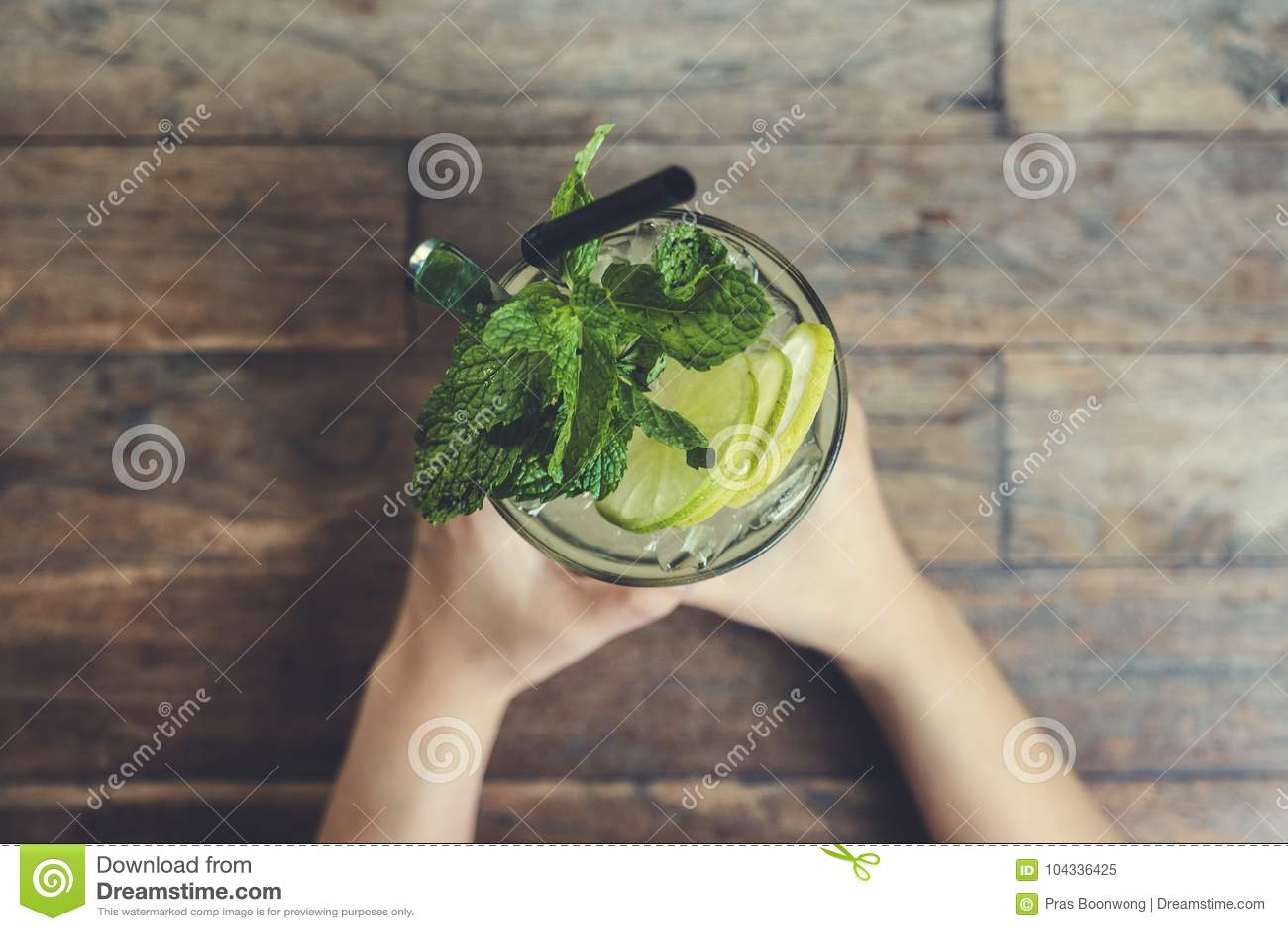 Immagine di vista superiore delle mani che tengono un - Un ampolla sulla tavola ...