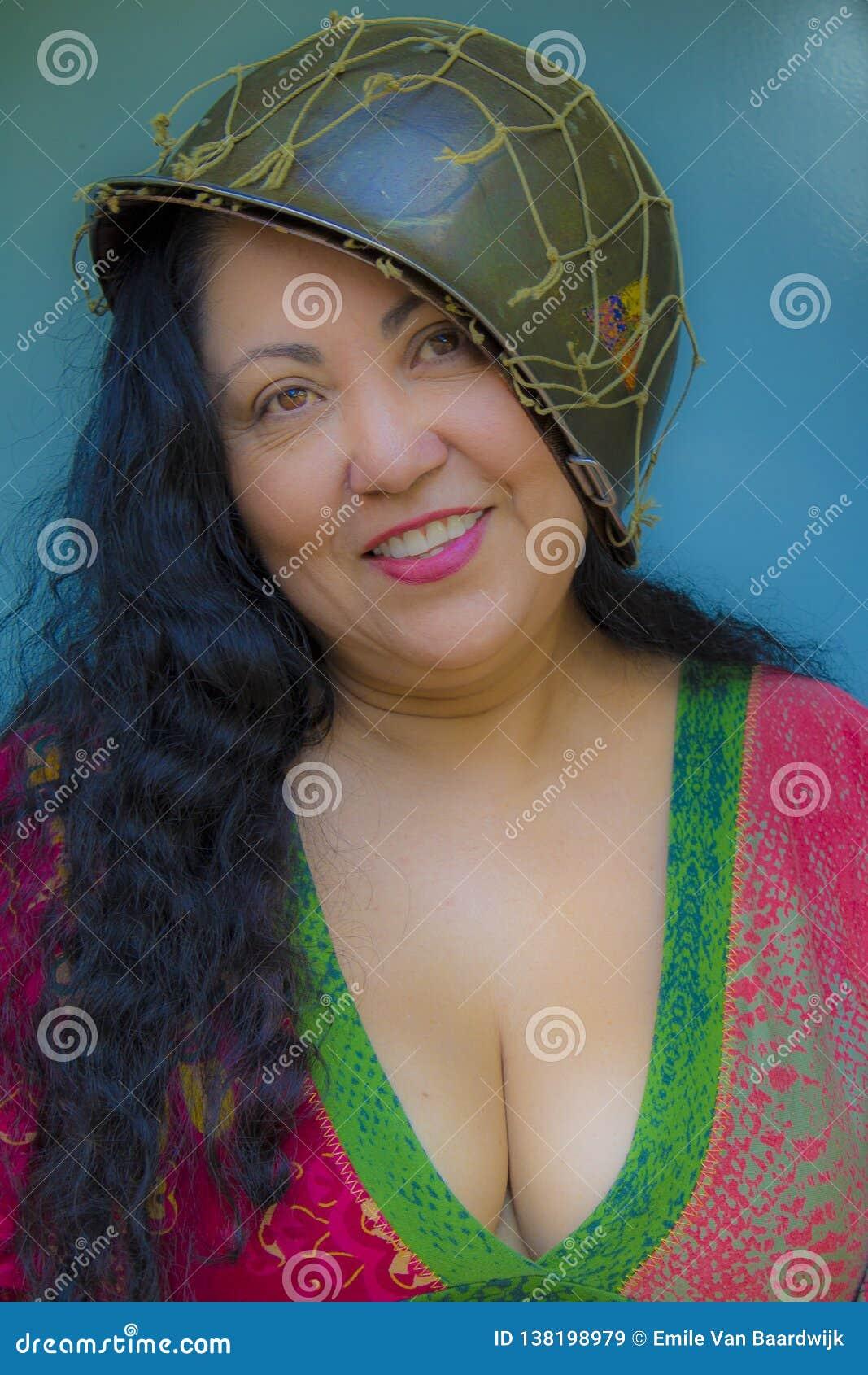 Immagine Piacevole Di Una Donna Sorridente Con Capelli ...