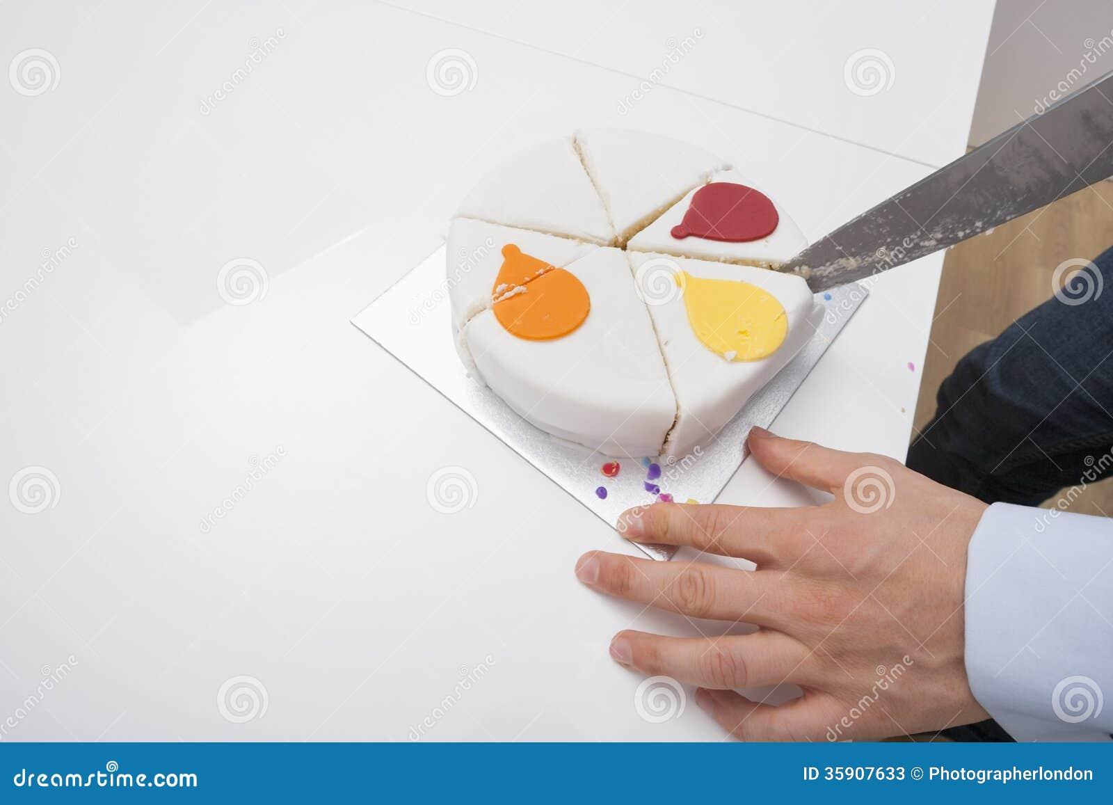 Tavolo Compleanno Uomo : Immagine potata della torta di compleanno di taglio dell uomo alla