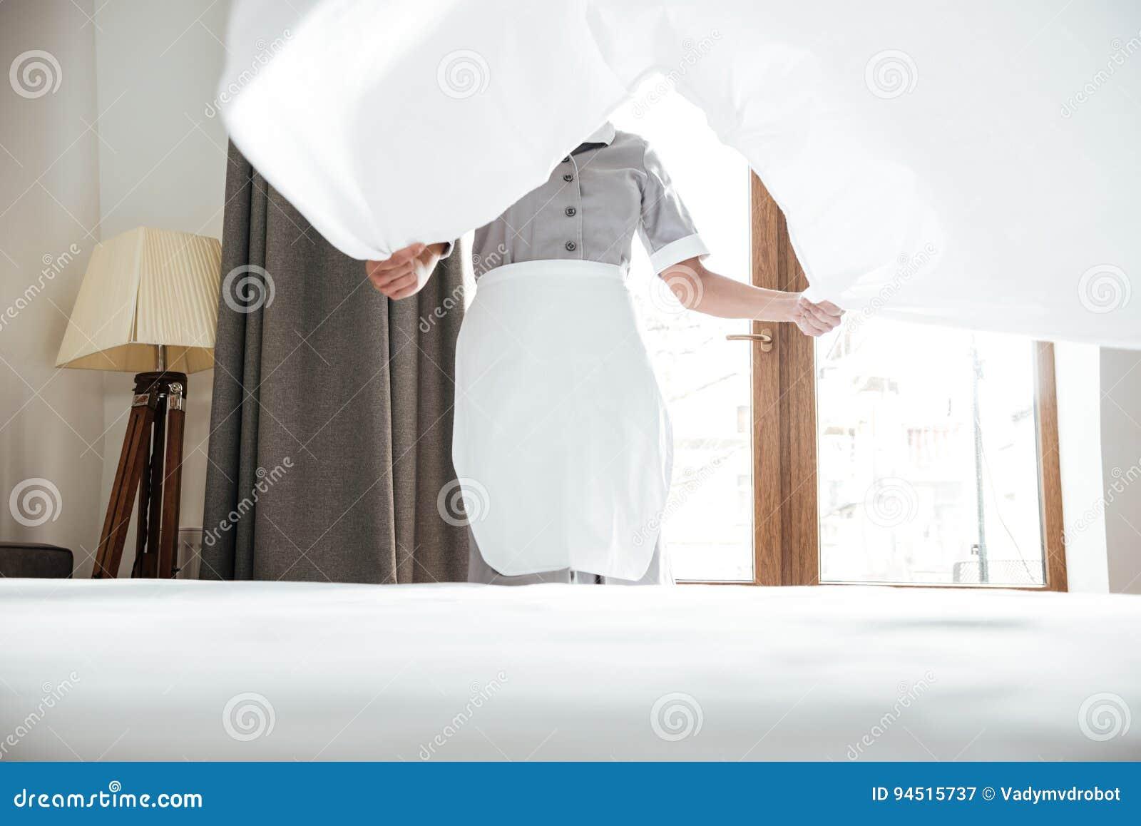 Immagine potata di un lenzuolo cambiante della domestica dell hotel