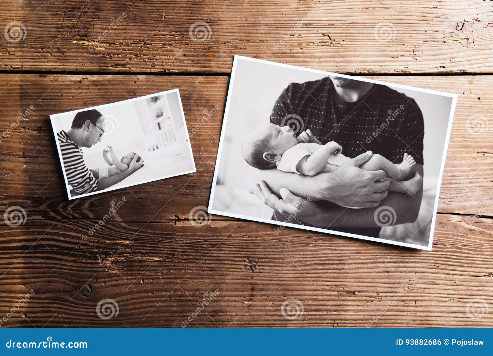 Immagini del padre e del bambino, fondo di legno Giorno di padri