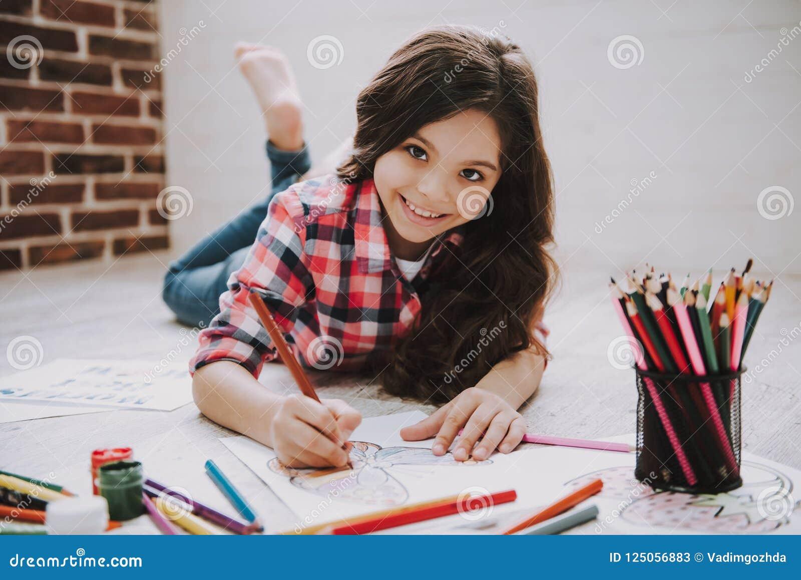 Immagini sveglie del disegno della ragazza con le matite di colore