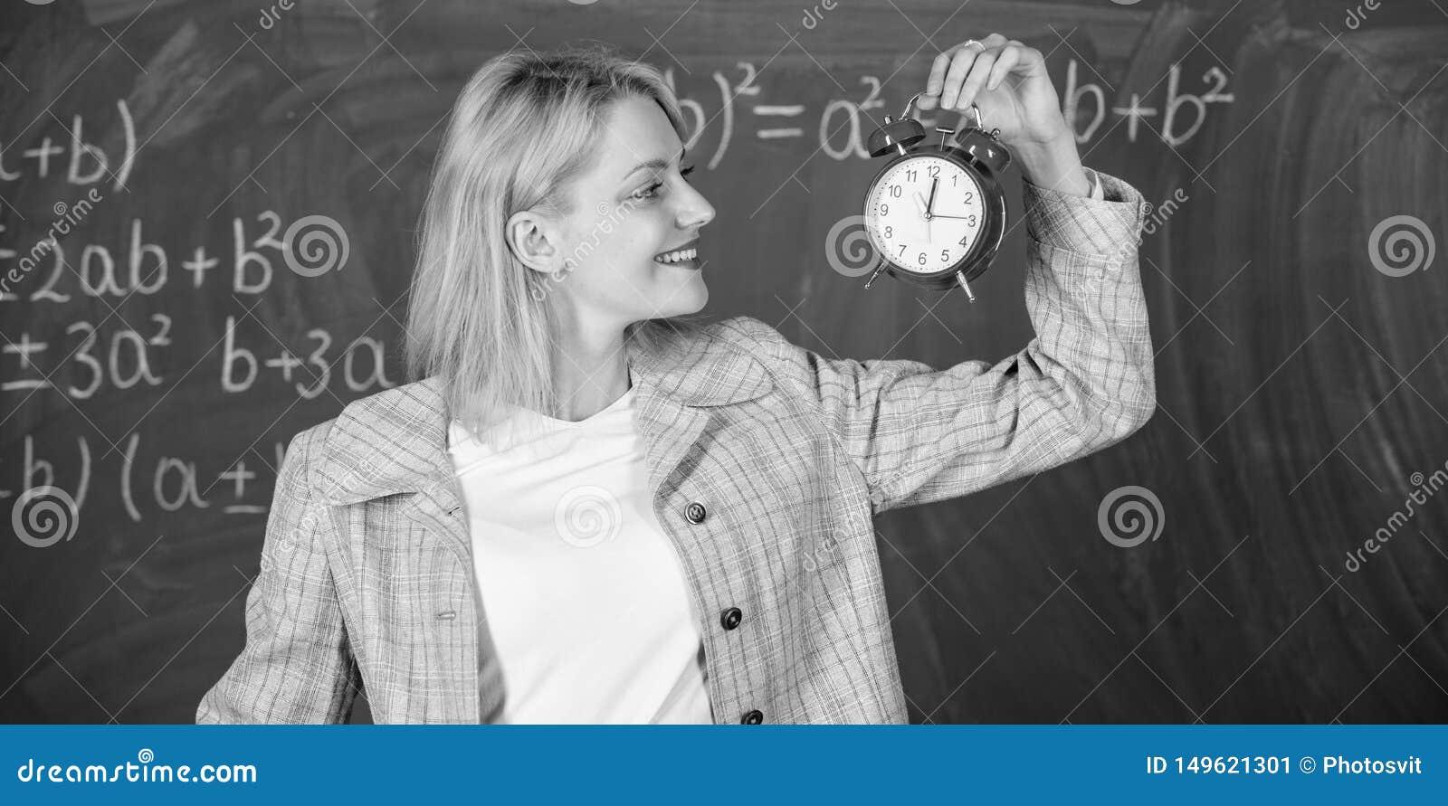 Immer rechtzeitig Lehreringriffwecker Sie interessiert sich f?r Disziplin Zeit zu studieren Willkommenes LehrerSchuljahr