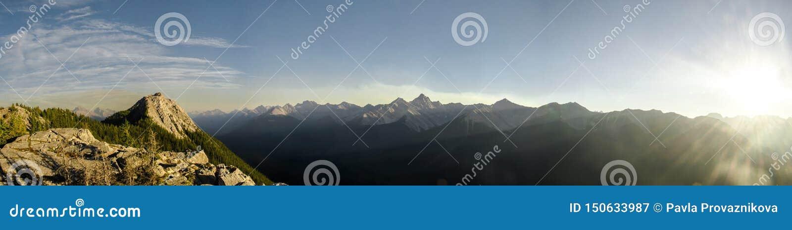 Immer währender Gebirgszug nahe bei der Banff-Gondel in Rocky Mountains