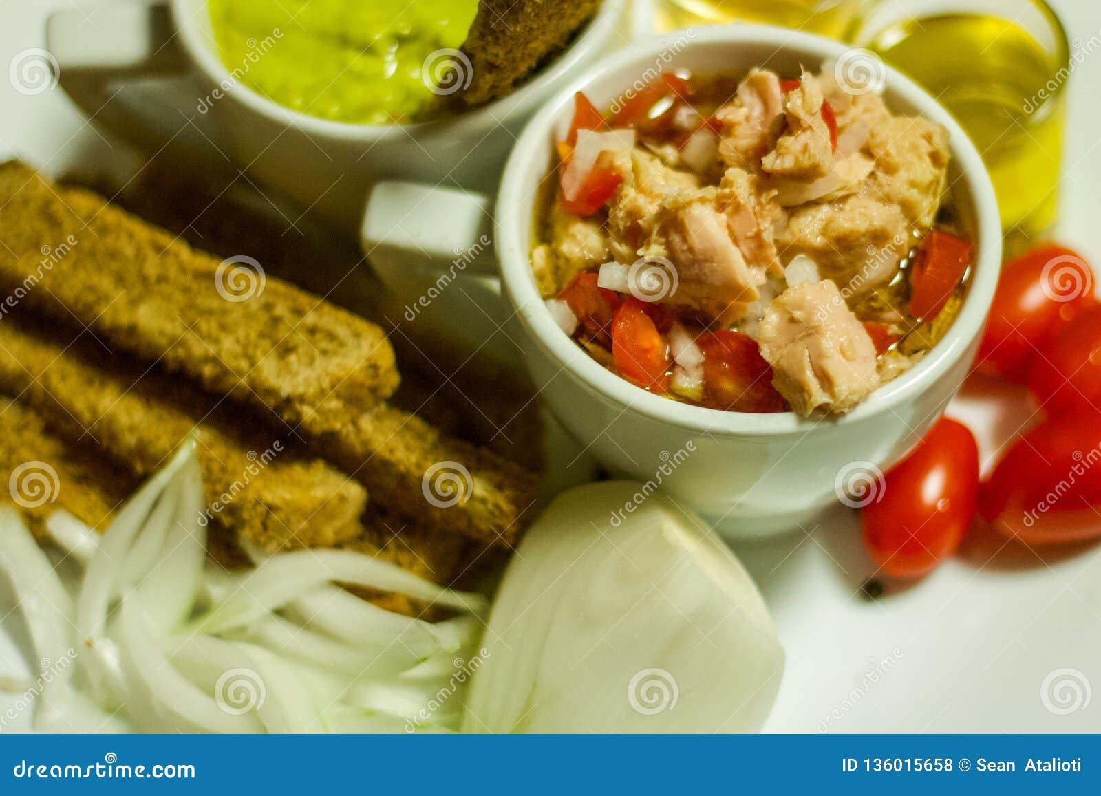 Immersion colorée et saine d avocat de nourritures, pain grillé de Brown avec Olive Oil, vinaigre de cidre d Apple, Cherry Tomato