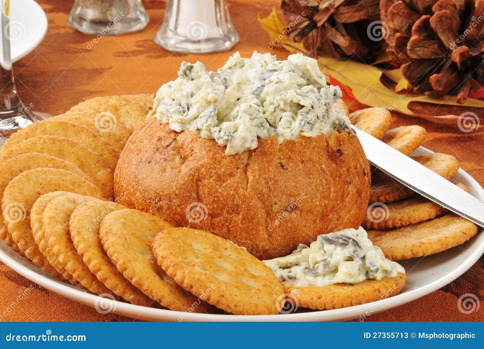 Immersion d artichaut d épinards dans un bol de pain