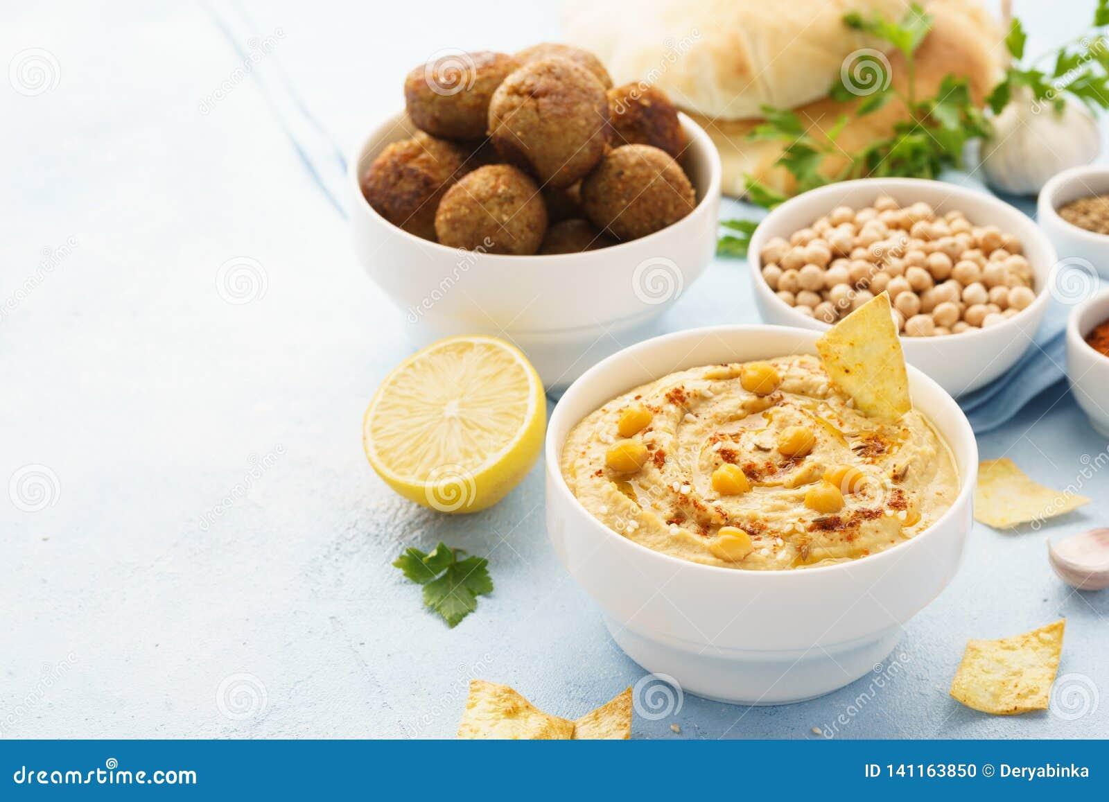 Immersione di hummus con le patate fritte, la pita ed il falafel Alimento sano