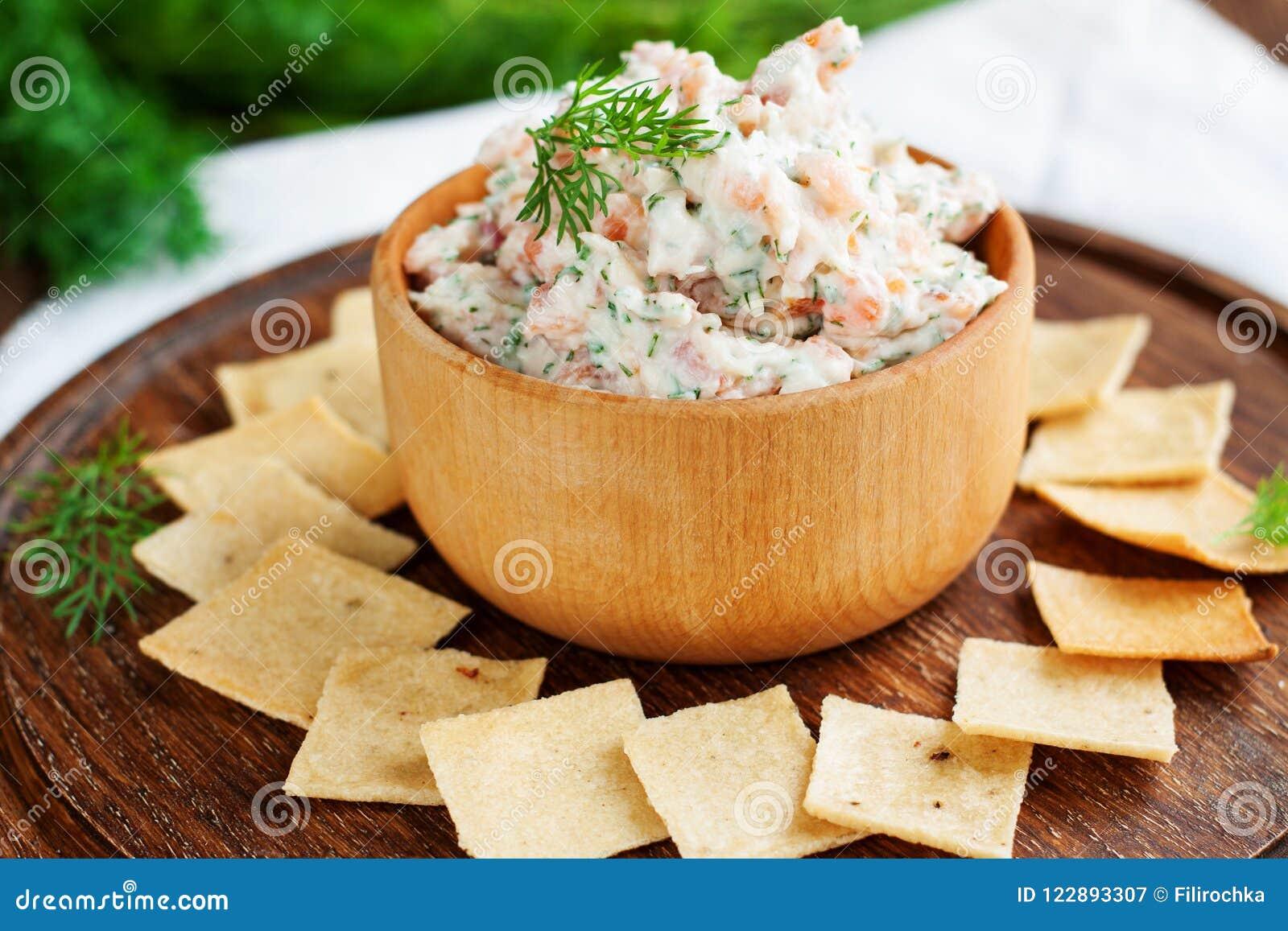 Immersione e del salmone affumicato del formaggio cremoso con i cracker