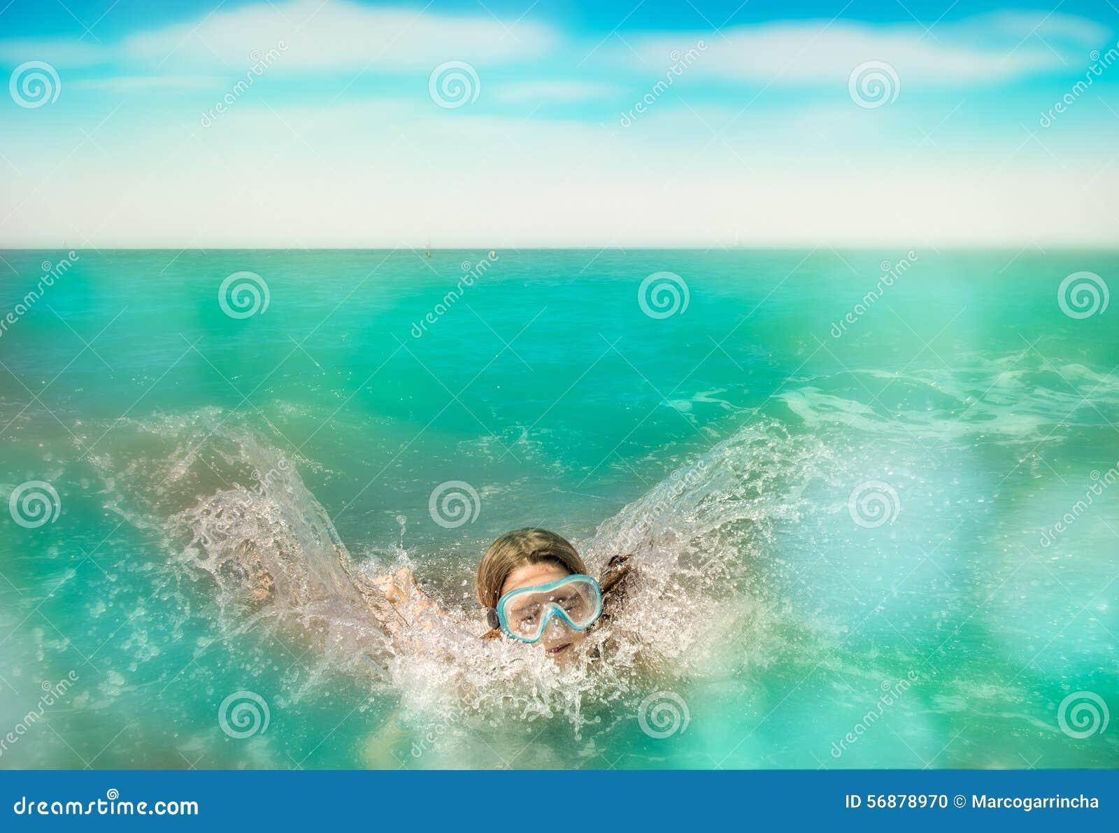 Immersione e nuotata del bambino nell acqua