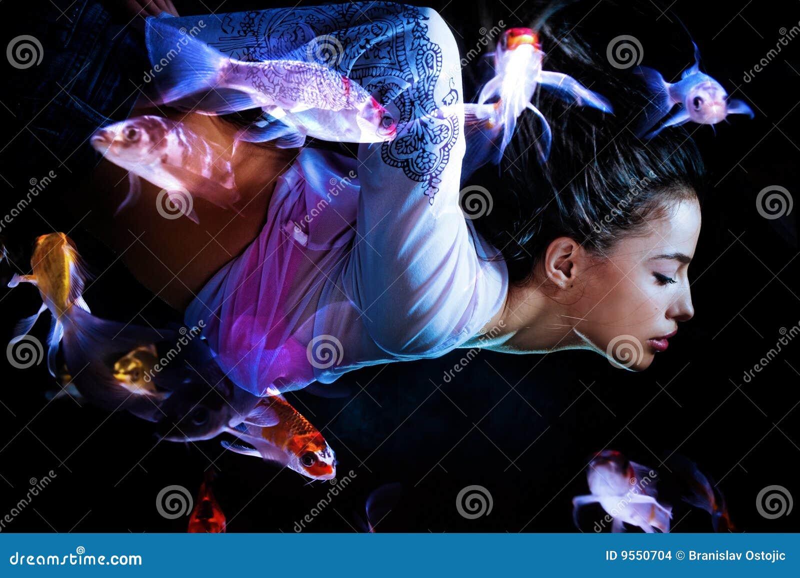 Immersione subacquea della donna di fantasia con i pesci