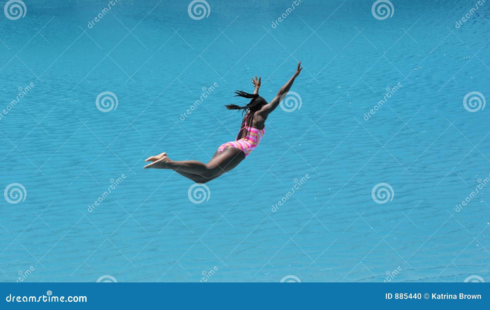 Immersione subacquea della ragazza nella bella acqua blu