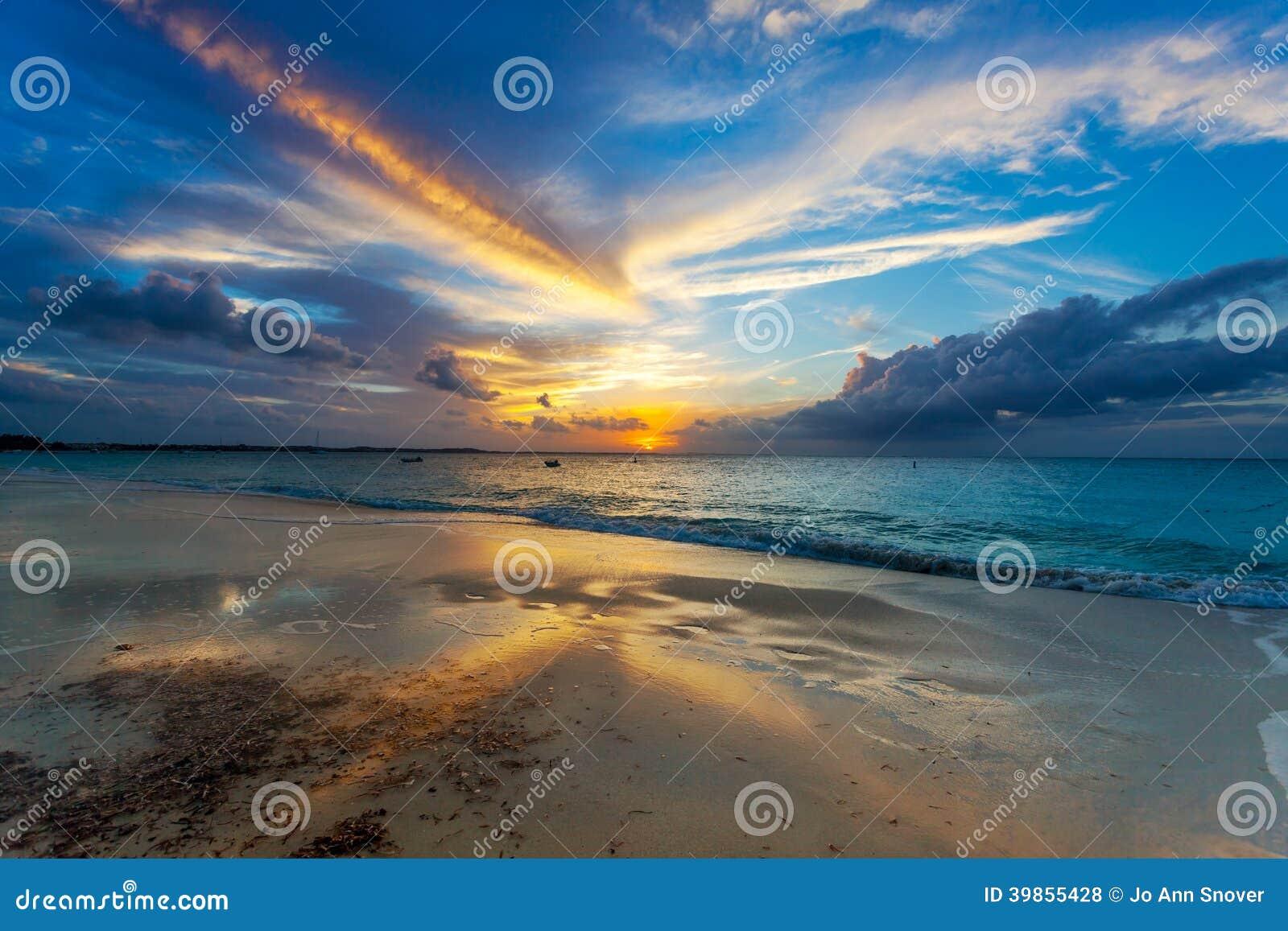 Immersions de Sun au-dessous d horizon sur Grace Bay Beach