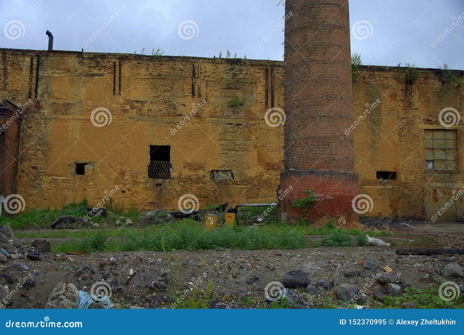 Immeuble de brique délabré et abandonné d une vieille usine avec une cheminée Paysage