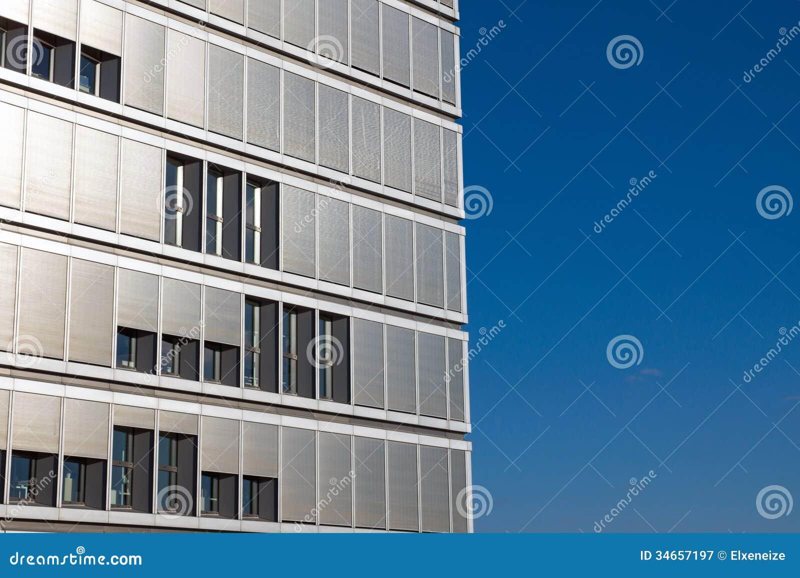 Immeuble de bureaux avec beaucoup de volets image stock for Immeuble bureau plan