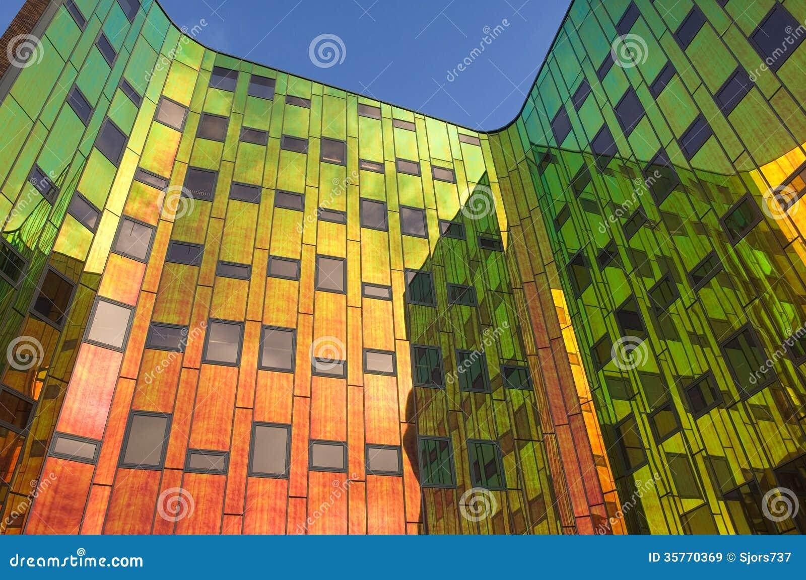 immeuble de bureaux avec toutes les couleurs de l 39 arc en. Black Bedroom Furniture Sets. Home Design Ideas