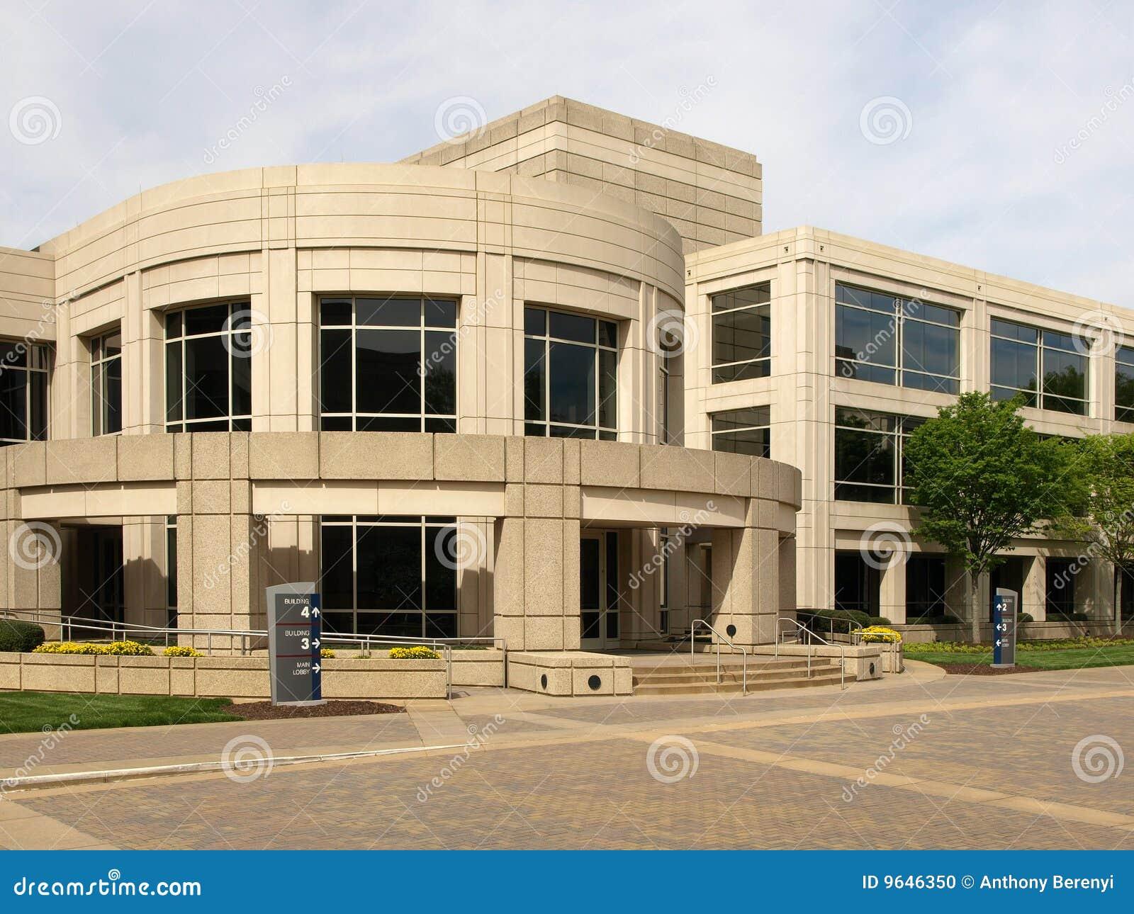 Immeuble de bureaux contemporain arrondi photo stock for Immeuble bureau plan