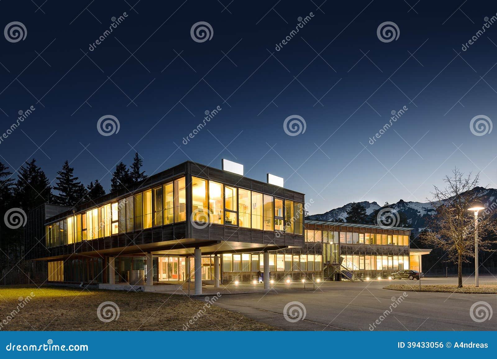 Immeuble de bureaux en bois moderne lumineux photo stock for Immeuble bureaux structure bois