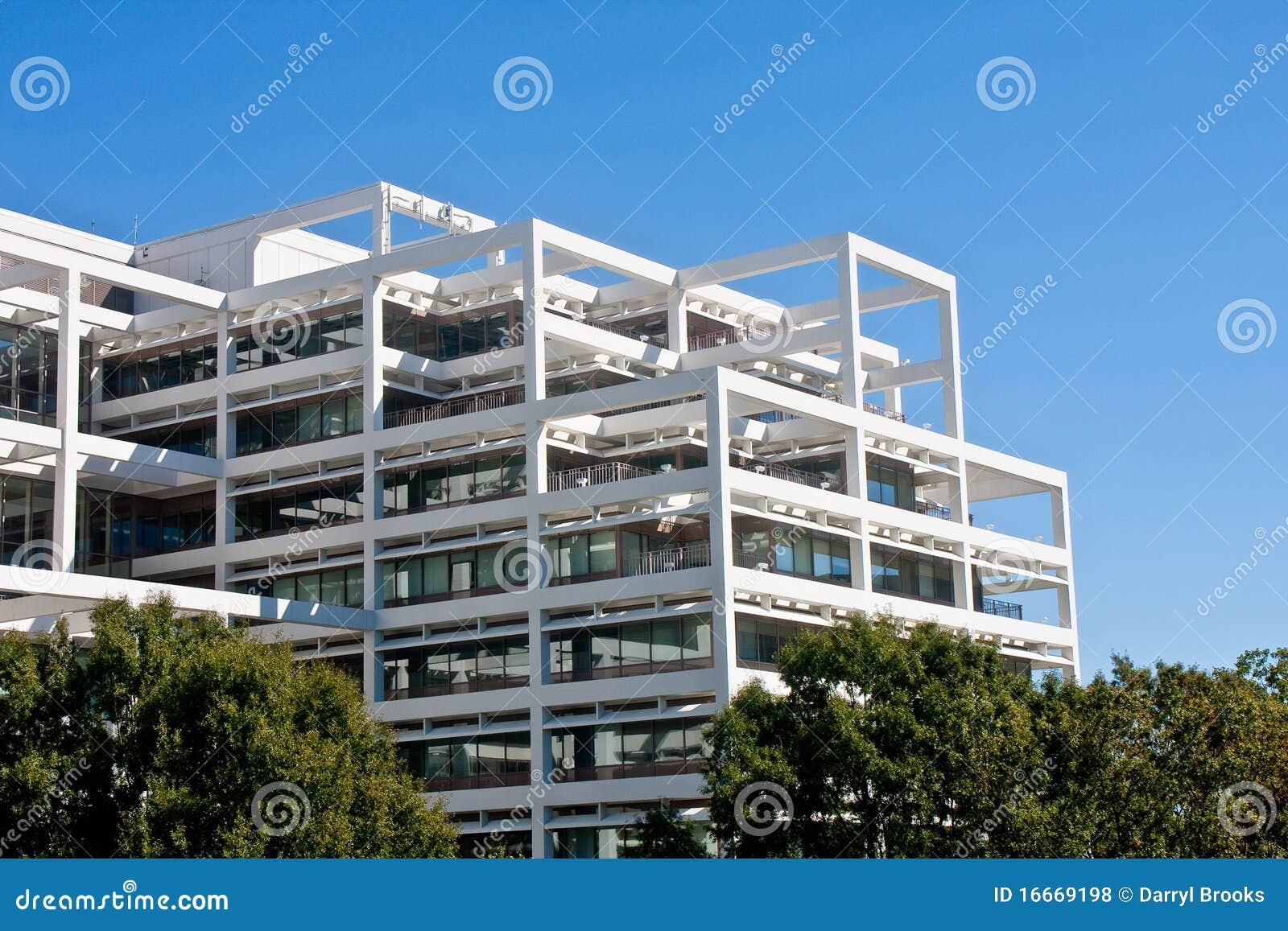 Immeuble de bureaux en terrasse blanc sur le ciel bleu for Immeuble bureau moderne