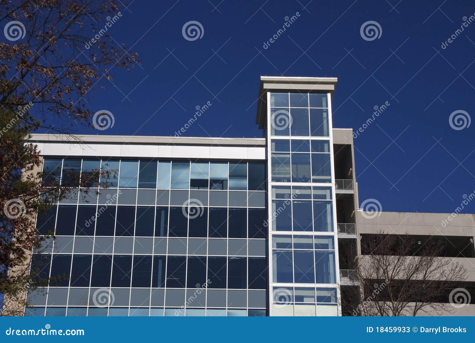 Immeuble de bureaux en verre bleu sous le ciel bleu profond image