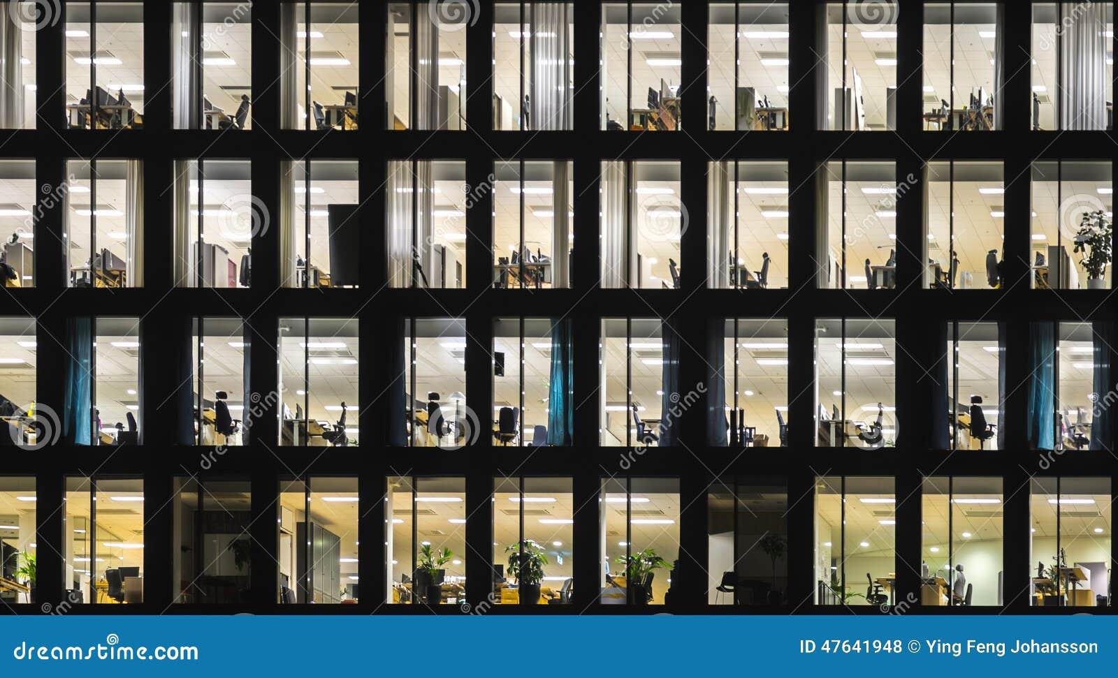 Immeuble de bureaux la nuit