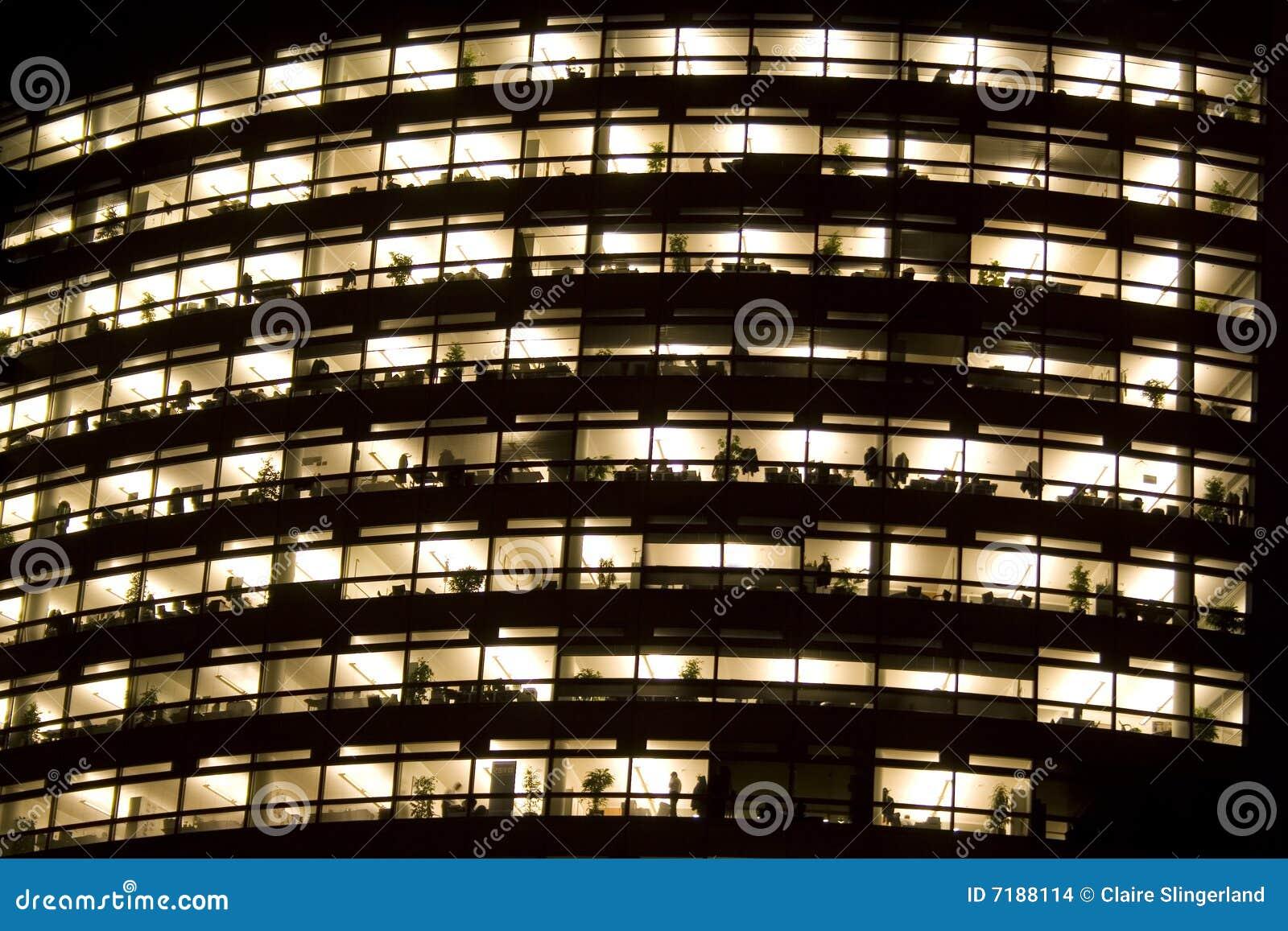Immeuble de bureaux la nuit images stock image 7188114 for Immeuble bureau plan