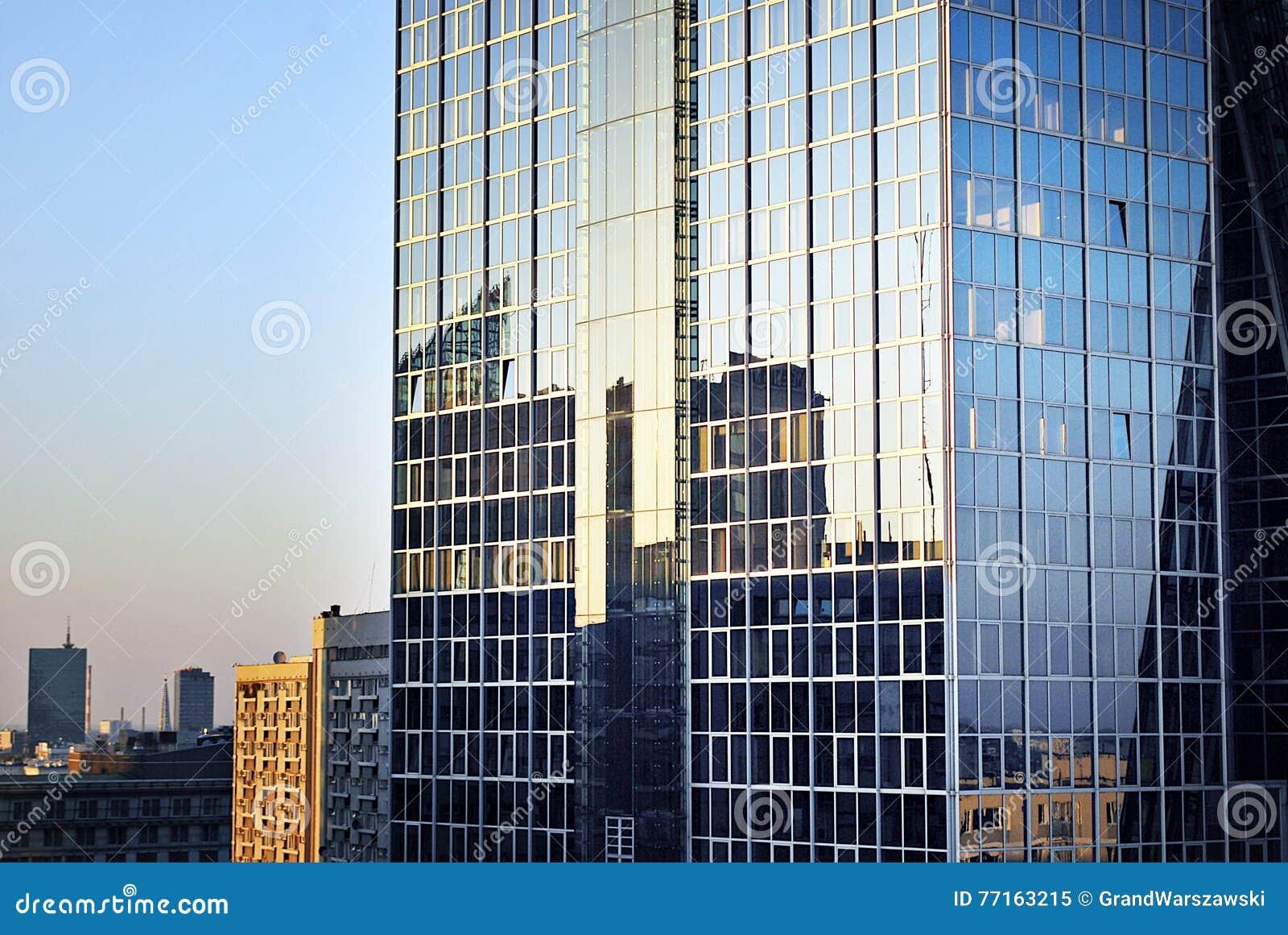 Immeuble de bureaux moderne avec la façade du verre