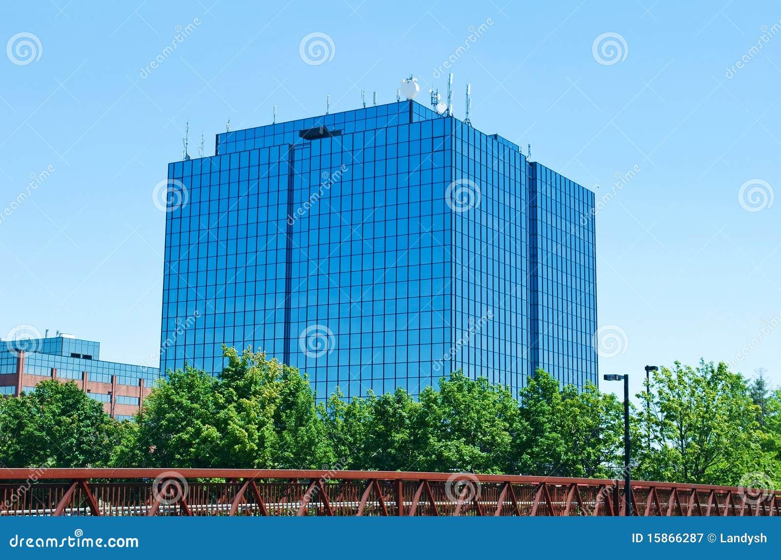 Immeuble de bureaux moderne bleu avec des antennes for Image immeuble moderne