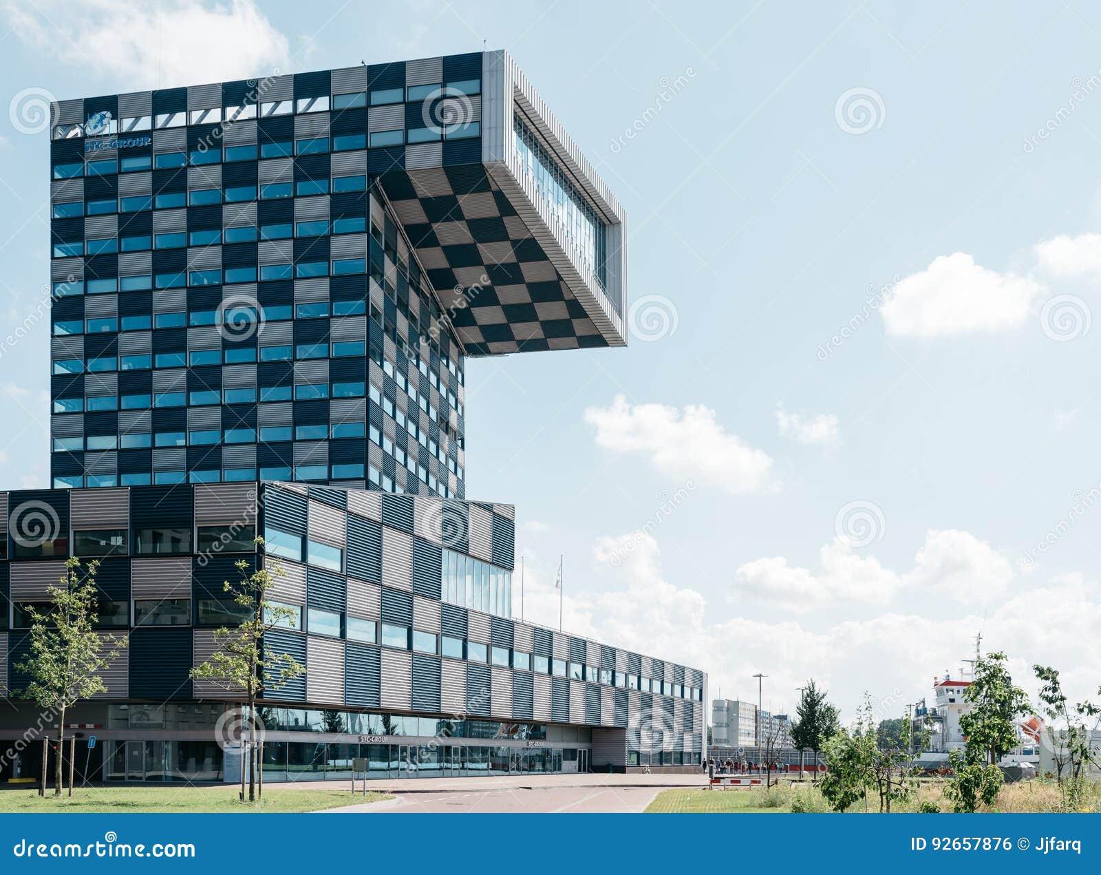 Nouvel immeuble de bureaux moderne rouge avec warehouse banque d