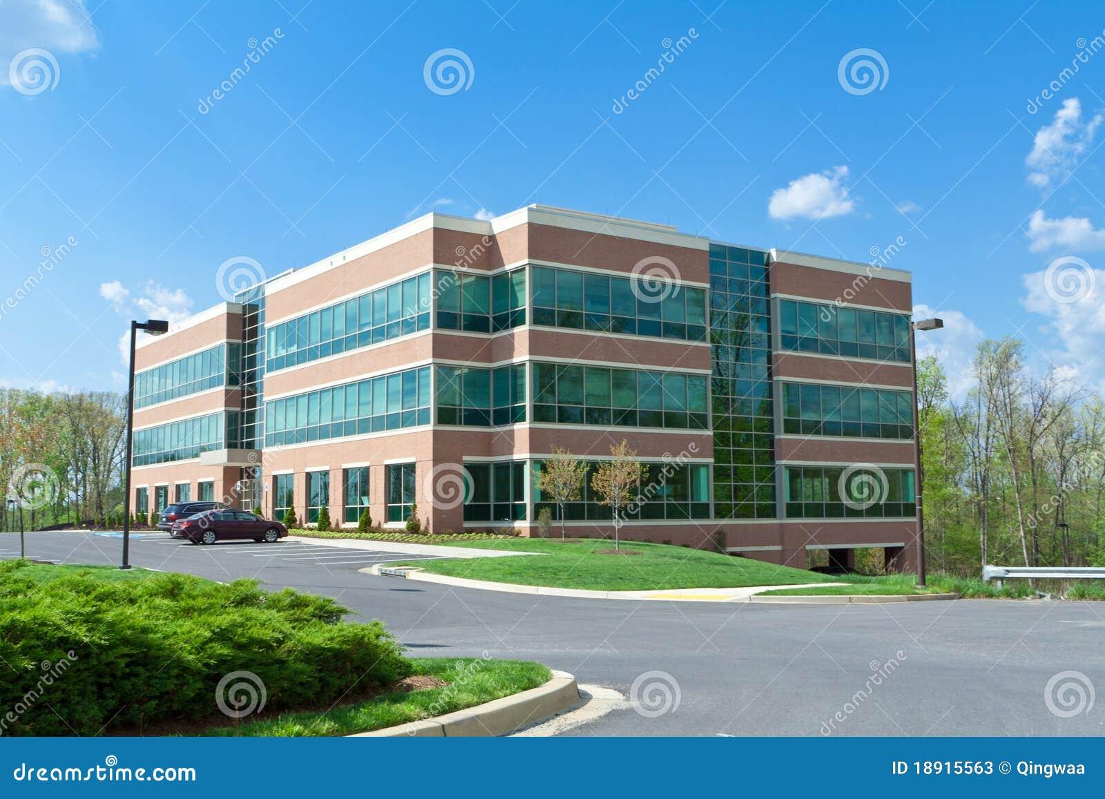 Immeuble de bureaux moderne de cube stationnant la dm suburbaine