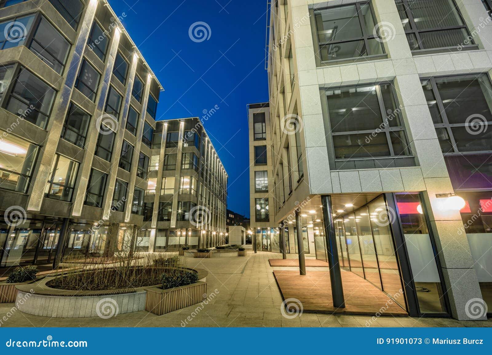 Immeuble de bureaux moderne le soir le bâtiment en verre et en