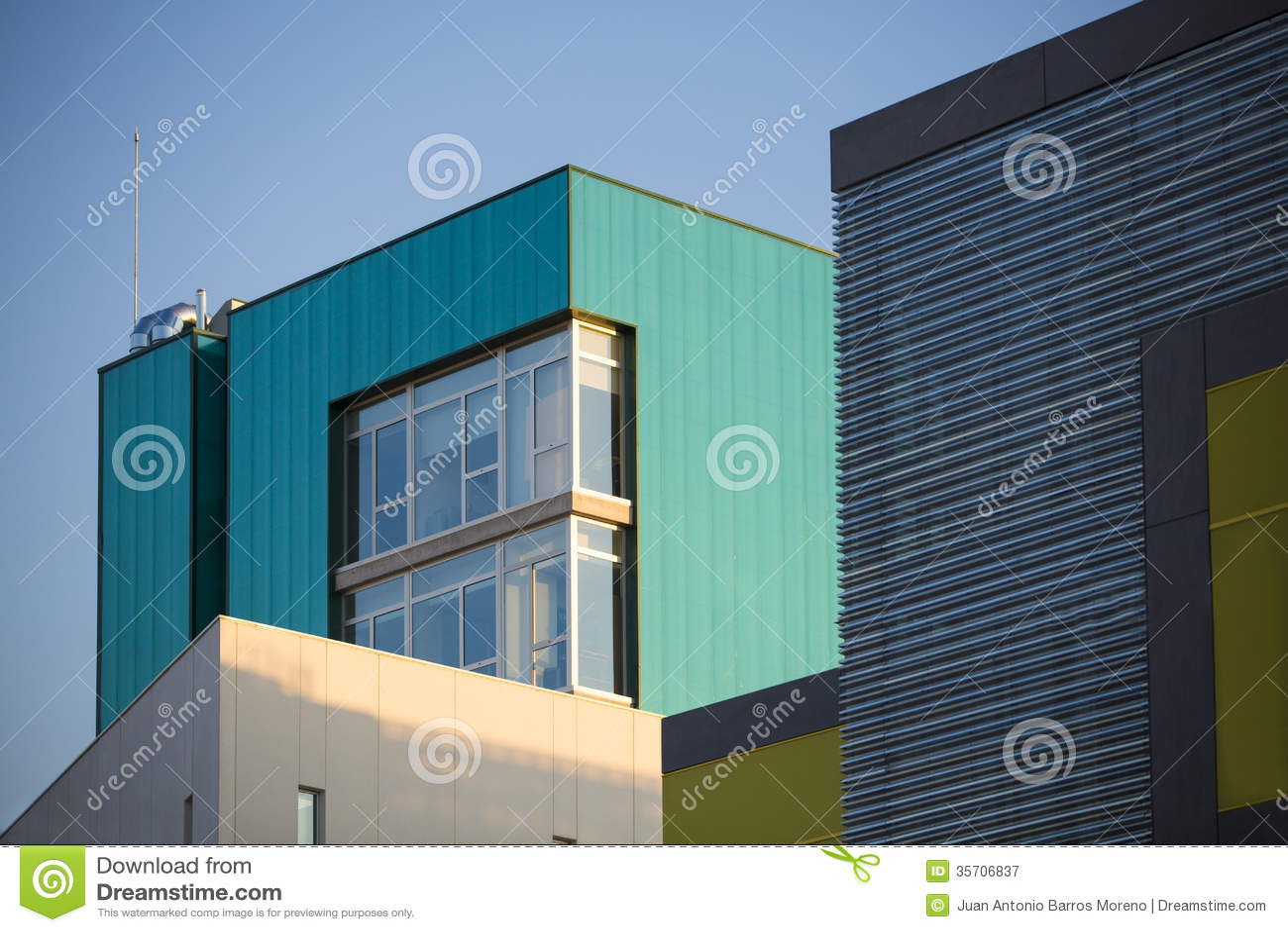 Immeubles de bureaux modernes. bâtiments colorés dans un bleu de