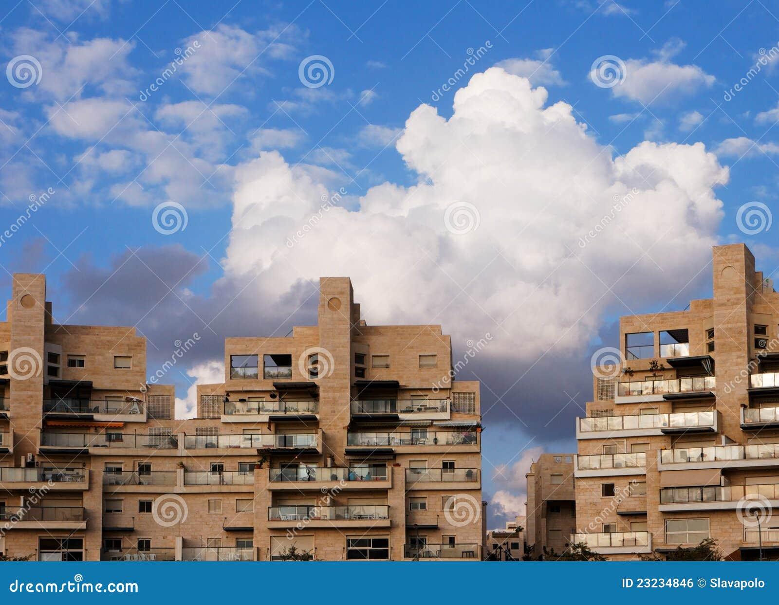 Immeubles et nuages au-dessus de eux