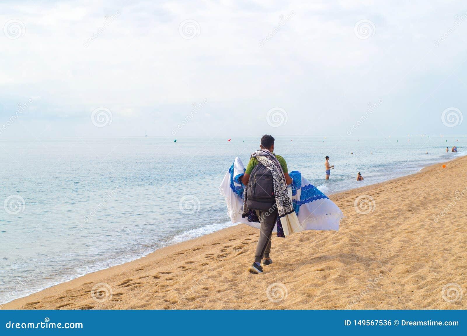 Immigrant verkauft Material auf dem Strand