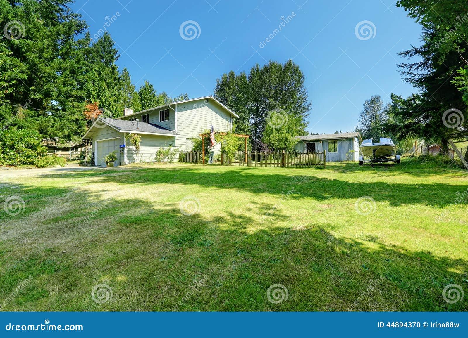 Immobilien der landschaft altes gro es haus mit gro em vorgarten stockfoto bild 44894370 for Grand jardin en friche