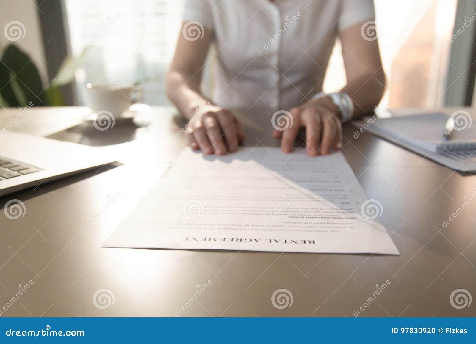 Immobilienagentur bietet Kunden an, um Mietvertrag, closeu zu unterzeichnen