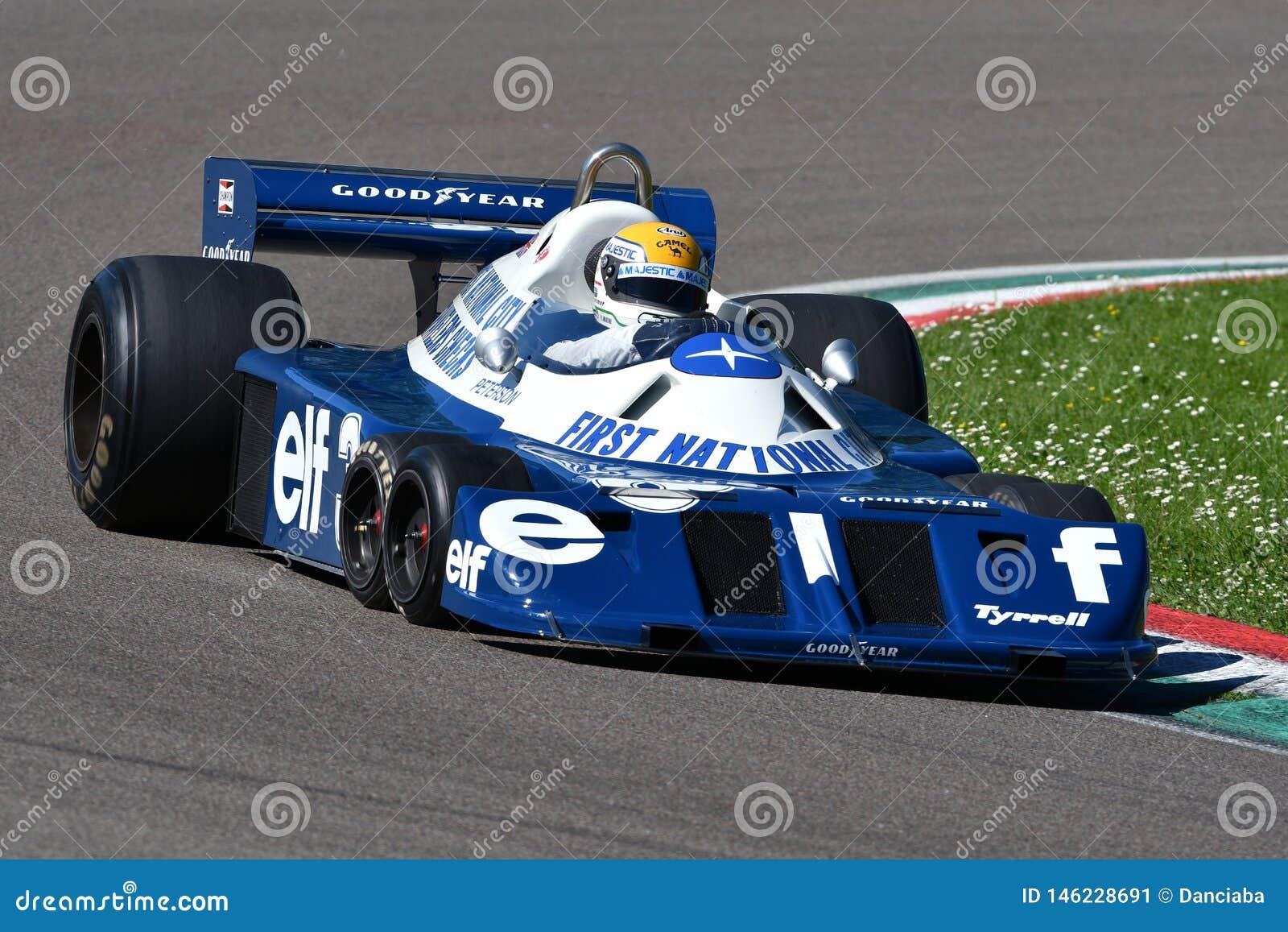 Imola 27 April 2019: Historisk 1976 f?re detta Ronnie Peterson som f?r F1 Tyrrell P34 ?r drivande vid Pierluigi Martini i handlin