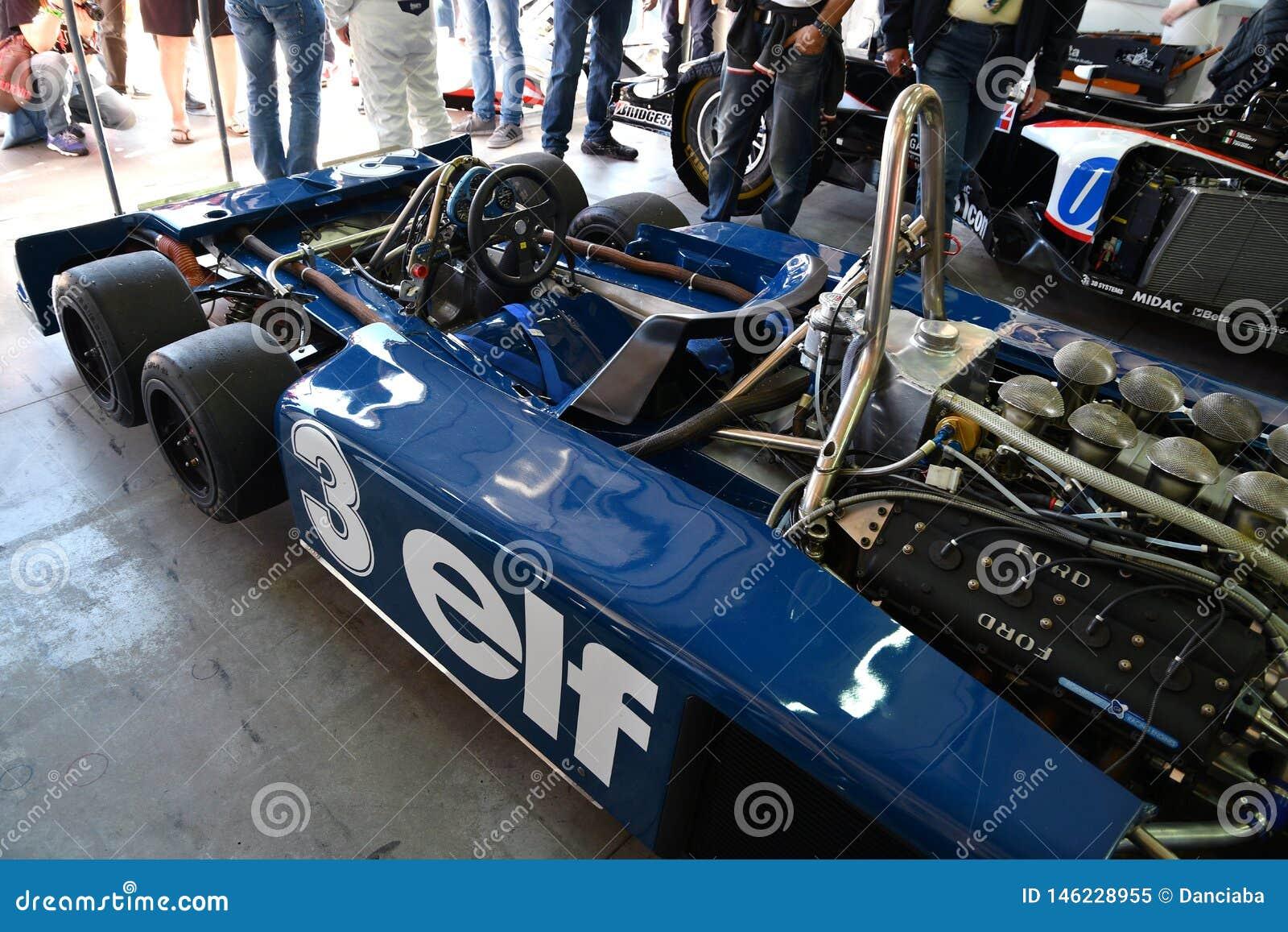 Imola, 27 2019 Kwiecie?: Szczeg?? Historyczni 1976 F1 Tyrrell P34 ex Ronnie Peterson jad?cy Pierluigi Martini w pude?ku