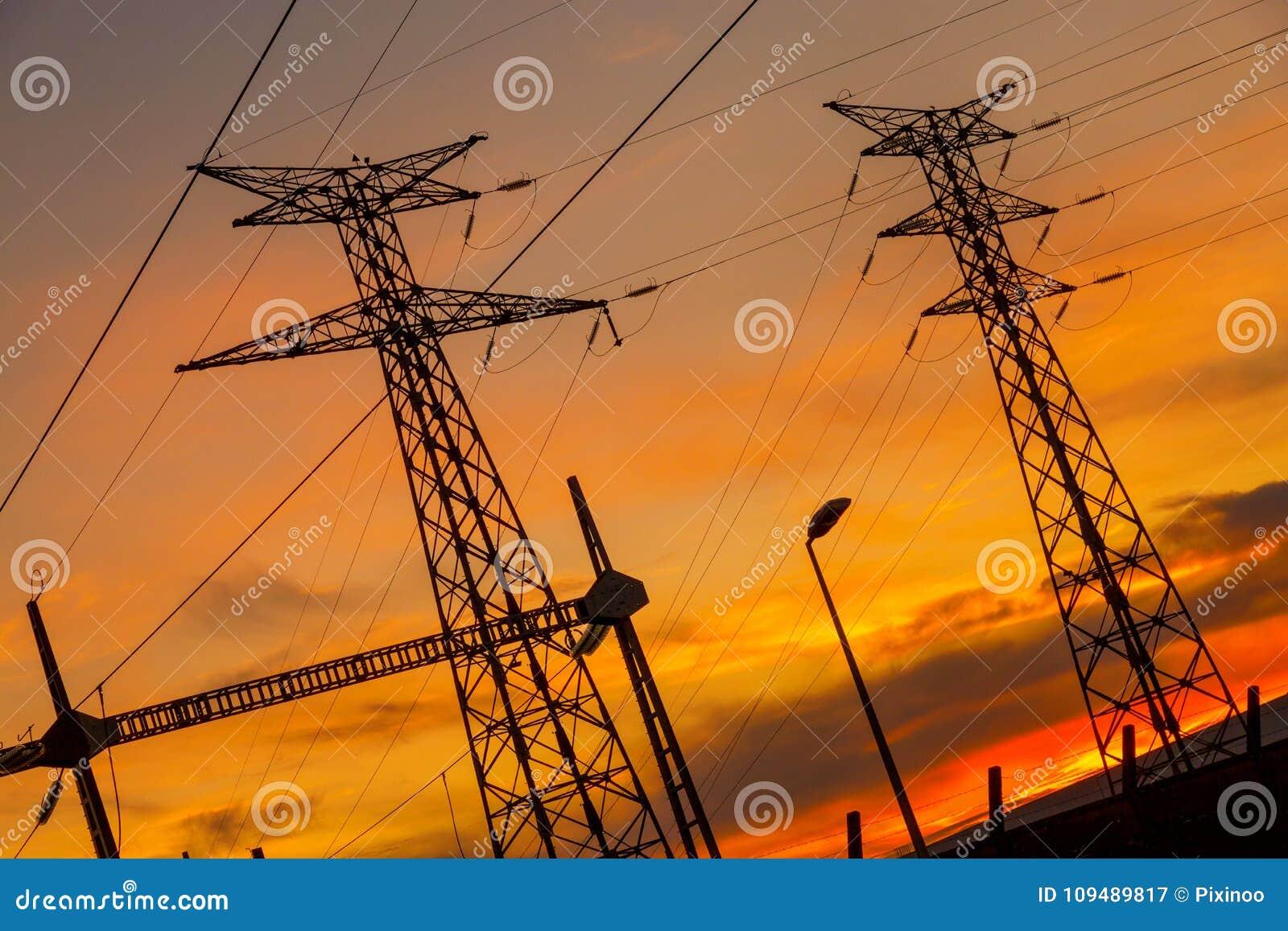 Impianto di energia elettrico del cavo al tramonto