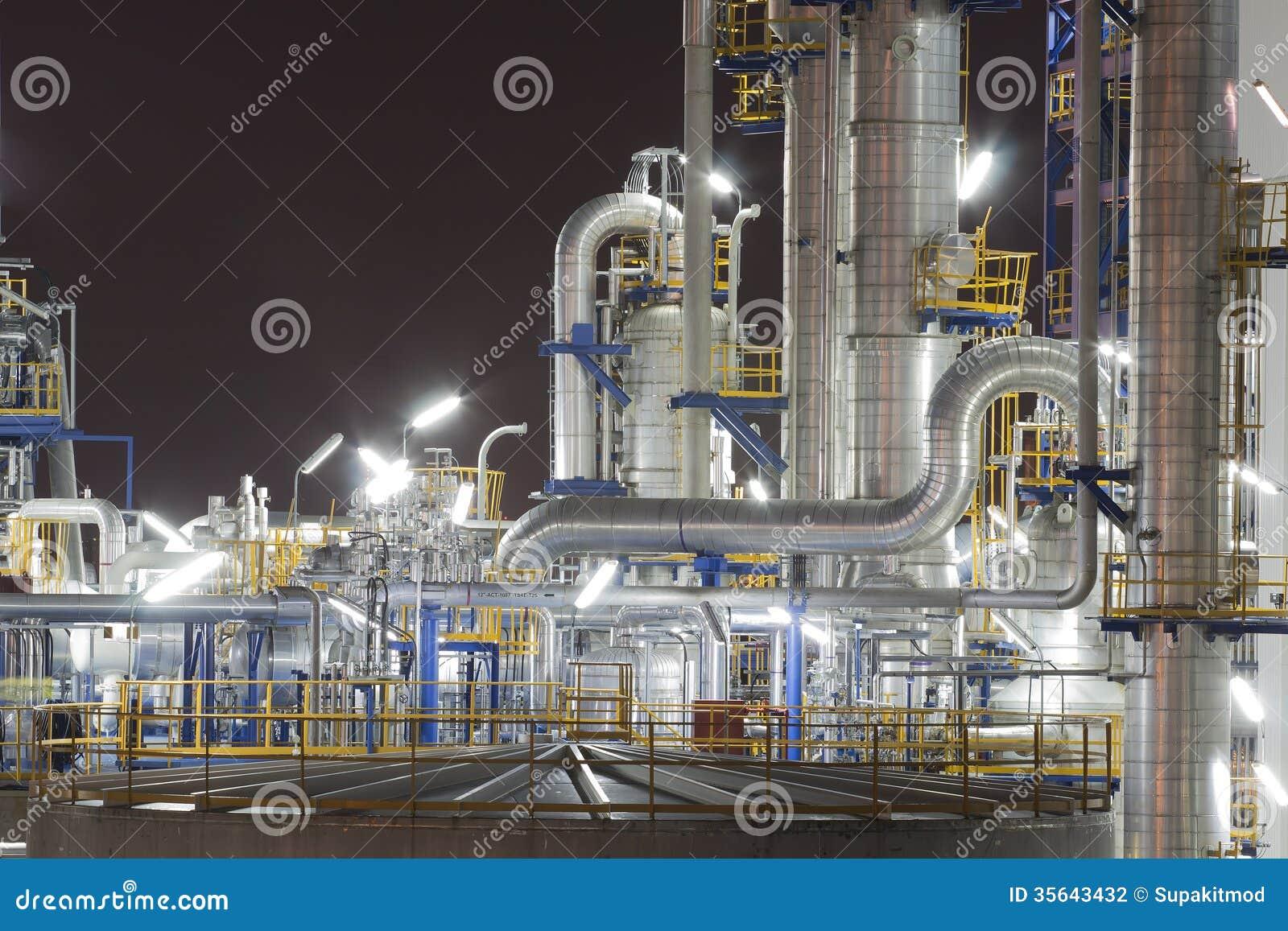 Impianto industriale nella notte