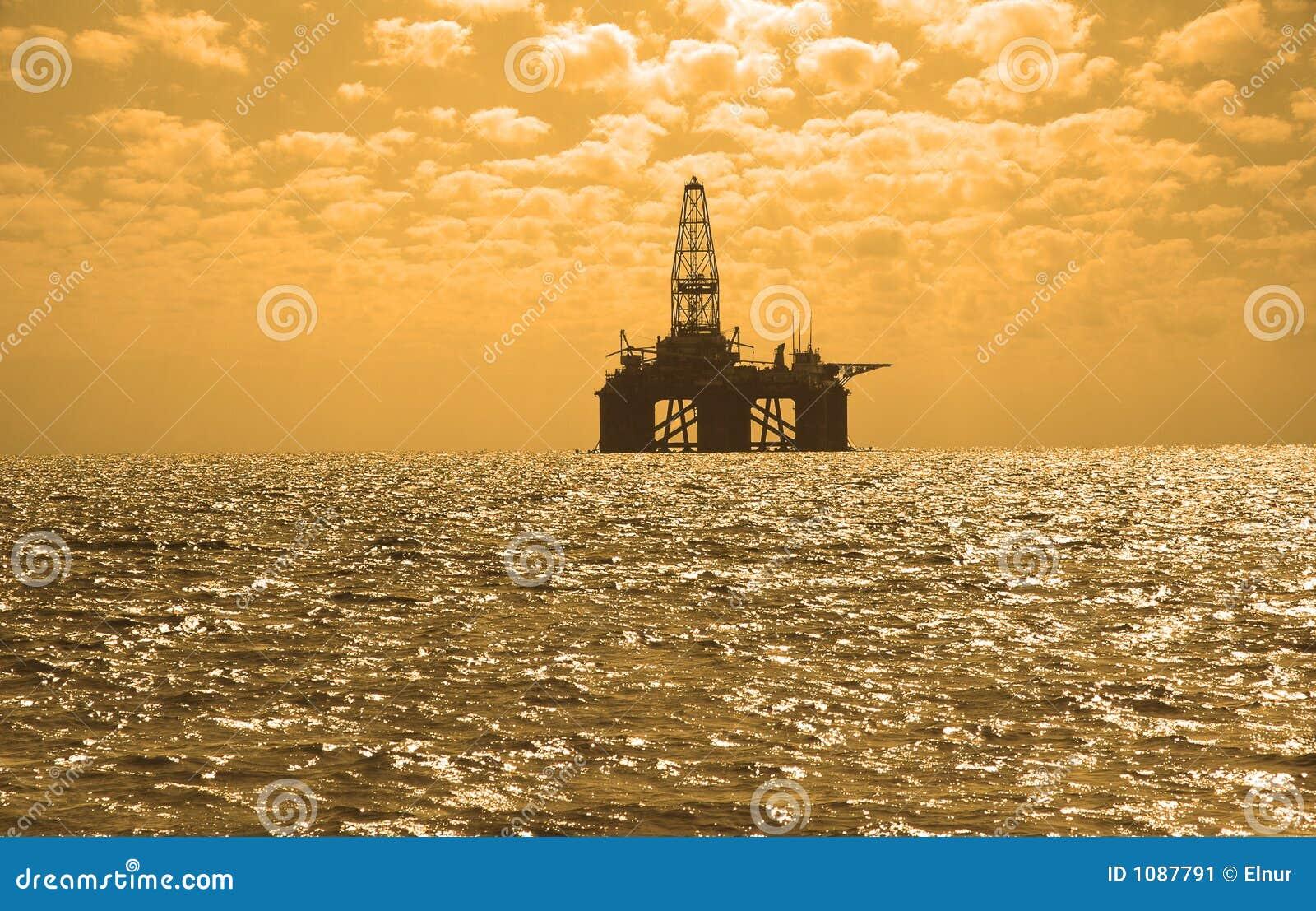 Impianto offshore durante il tramonto in Caspi