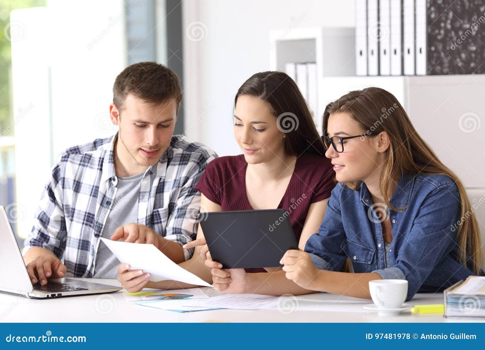 Impiegati che coworking sulla linea all ufficio
