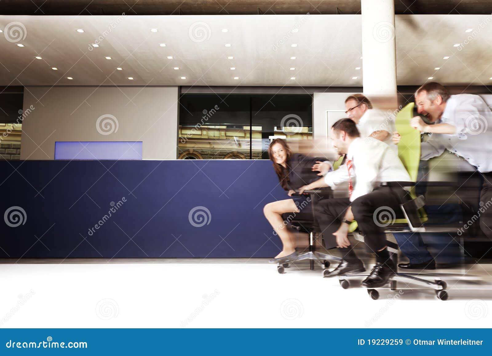Impiegati di ufficio emozionanti in una corsa della for Ufficio presidenza