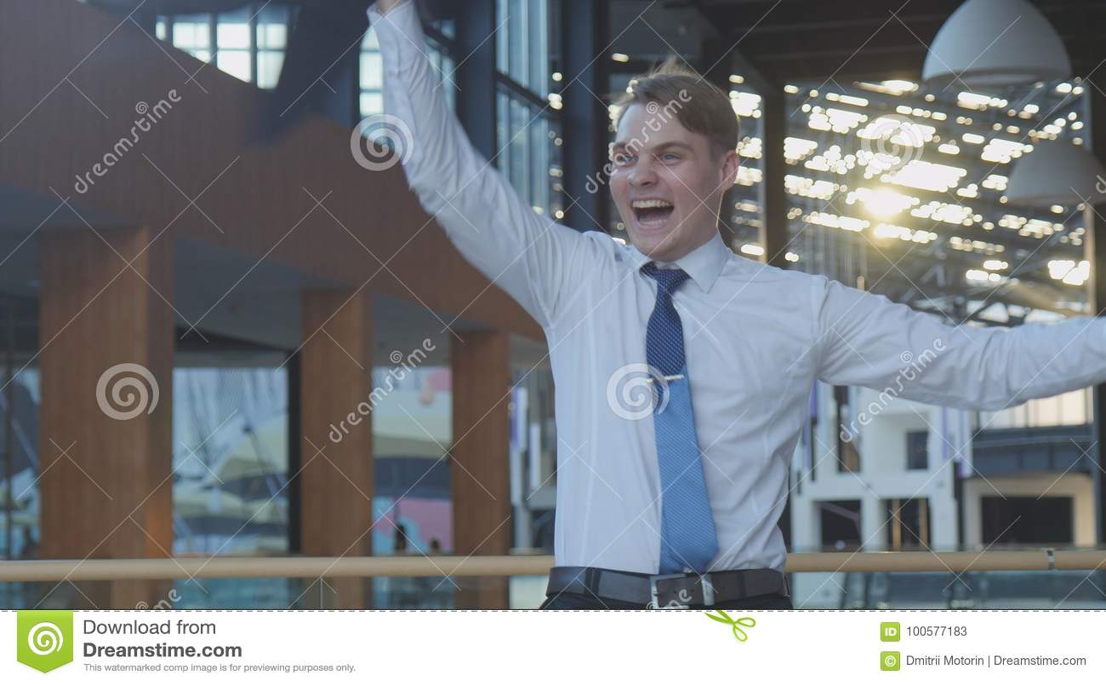 Impiegato che celebra successo