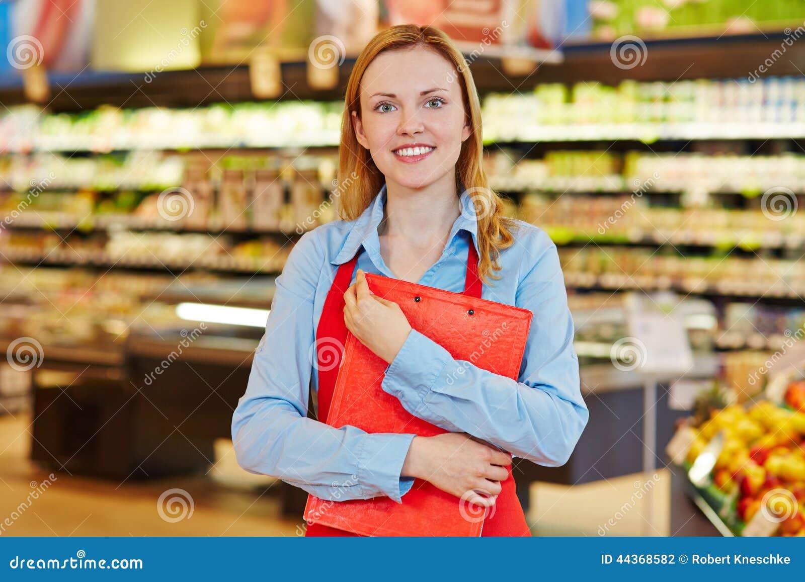 Impiegato del supermercato con la lavagna per appunti