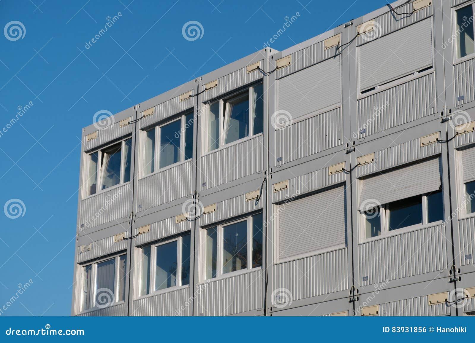 Impilato alloggiando i contenitori - uffici del contenitore