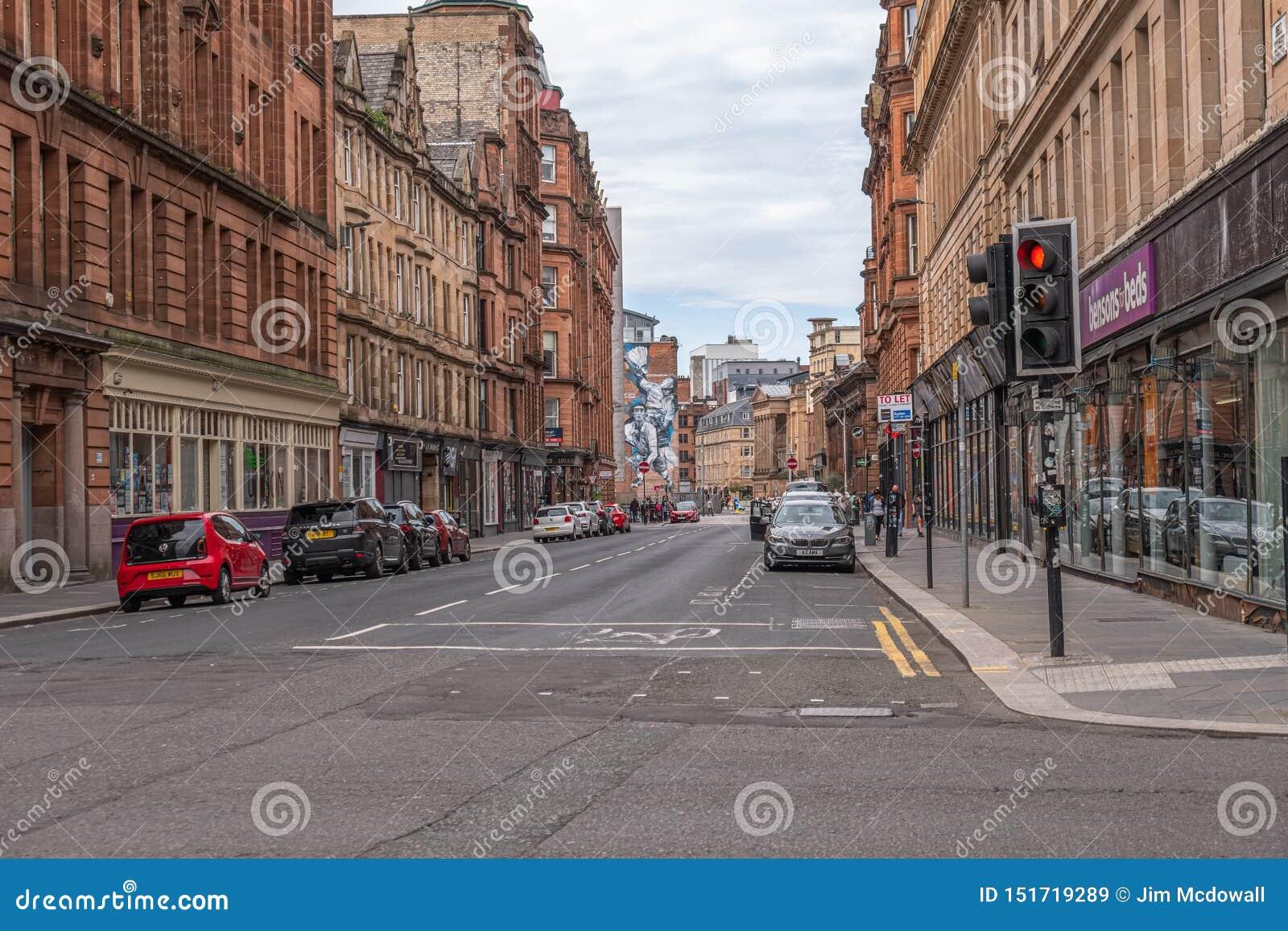 Imponująco architektura centrum miasta Glasgow przyglądający w górę Dzwonkowej ulicy i Czerwonego światła ruchu przy złączem