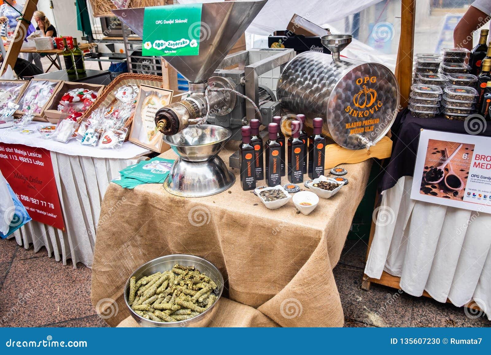 Imprensa de óleo automática da semente da abóbora no mercado de rua em Rijeka
