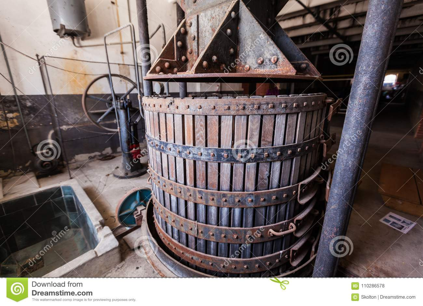Imprensa de vinho velha para fazer o champanhe