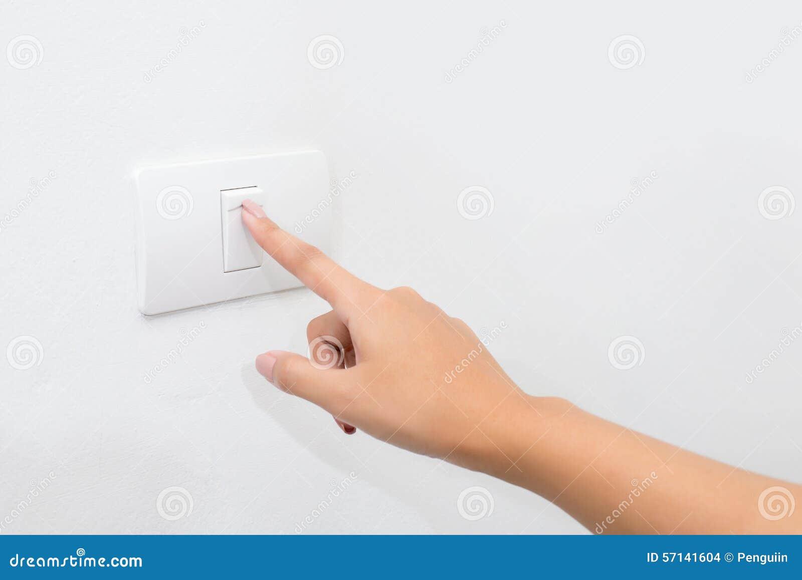 Imprensa do dedo no botão leve